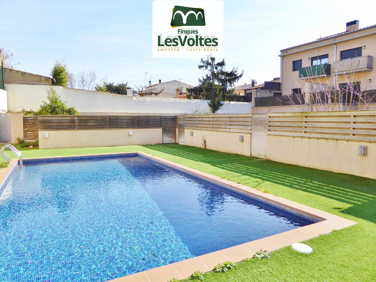 Apartment with parking space and storage room for sale in Palafrugell. Community with garden and pool.