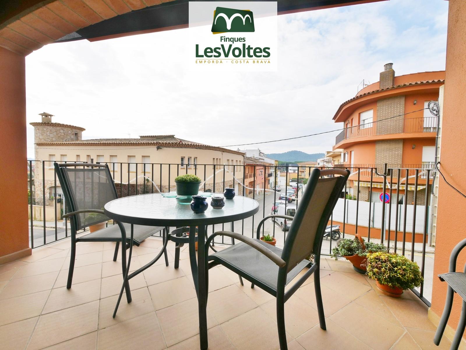 Casa amb garatge i terrassa en venda a Palafrugell. Zona residencial molt tranquil·la.