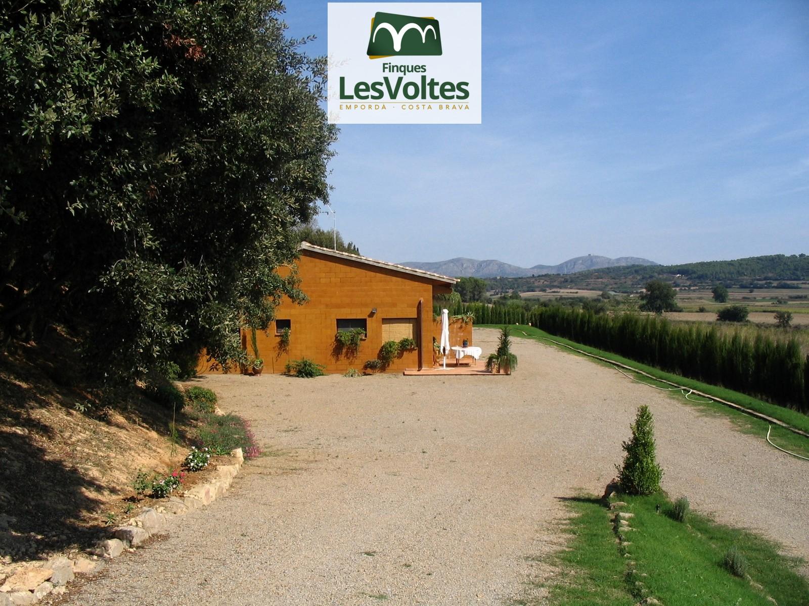 Excepcional propietat de 10.000 m2 en venda al Baix Empordà amb immillorables vistes. Màxima privacitat