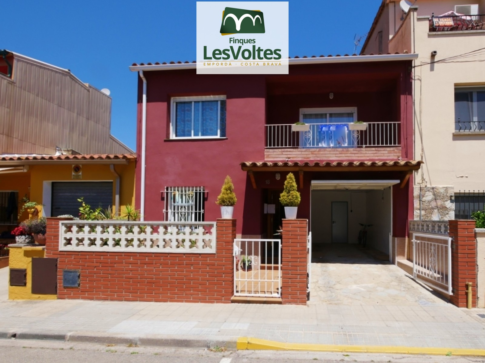 HOUSE OF 260M2 DISTRIBUTED IN TWO HOUSES FOR SALE IN PALAFRUGELL. LOCATED IN A QUIET AREA AND WELL COMMUNICATED.