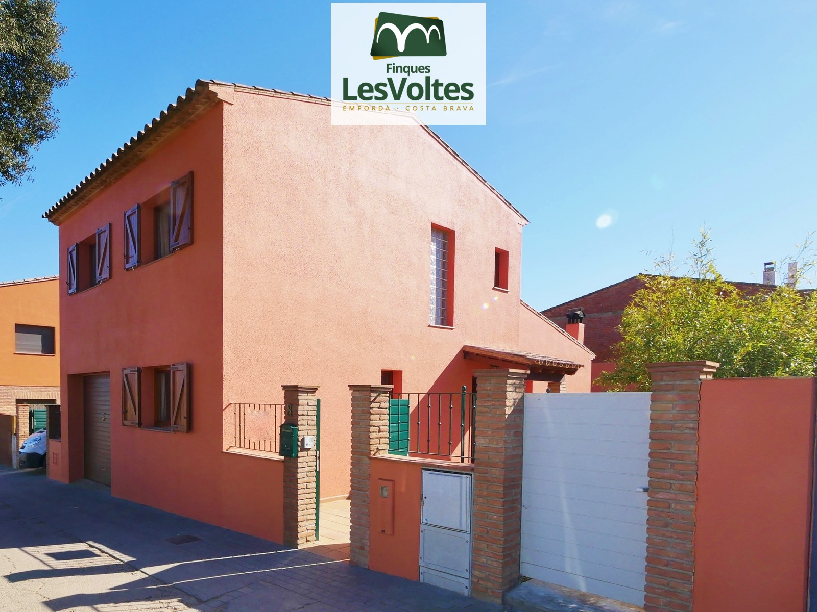 Detached house with garden and garage for sale in Llofriu. Quiet residential area.