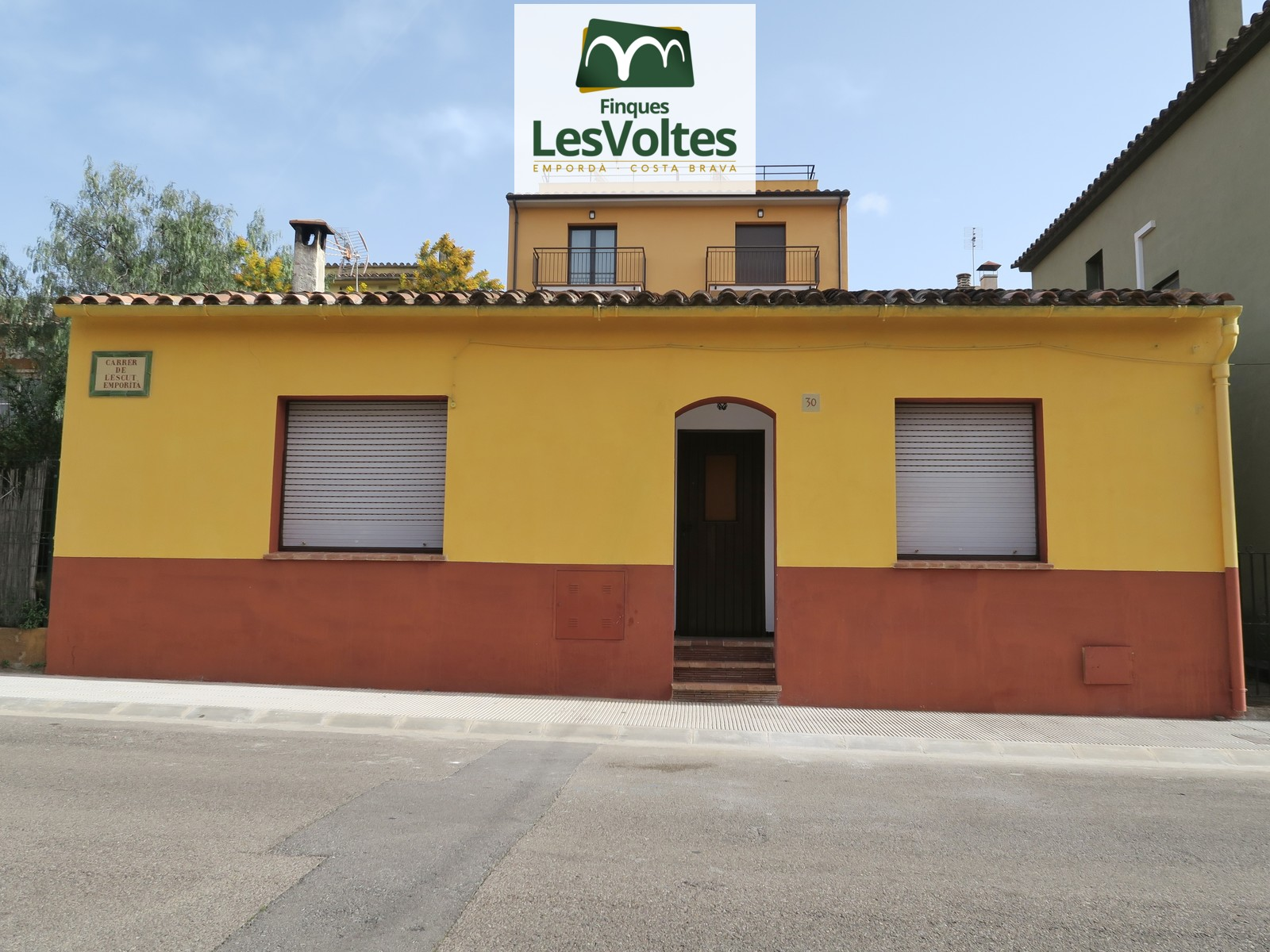 GROUND FLOOR TOWNHOUSE WITH 2 BEDROOMS AND LARGE YARD FOR RENT IN LA BISBAL D'EMPORDÀ.