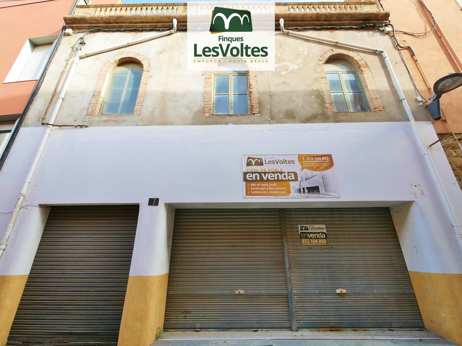 GREAT VILLAGE HOUSE IN THE CENTER OF PALAFRUGELL WITH MANY POSSIBILITIES. 2 STREET FACADE AND PATIO.