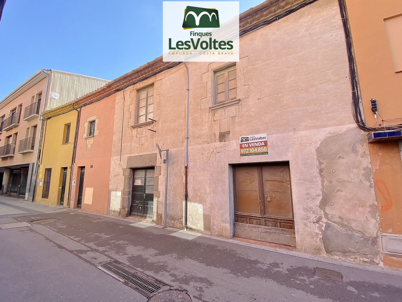 LARGE FINCA IN THE PEDESTRIAN CENTER OF PALAFRUGELL WITH A FACADE ON TWO COMMERCIAL STREETS. MANY POSSIBILITIES.