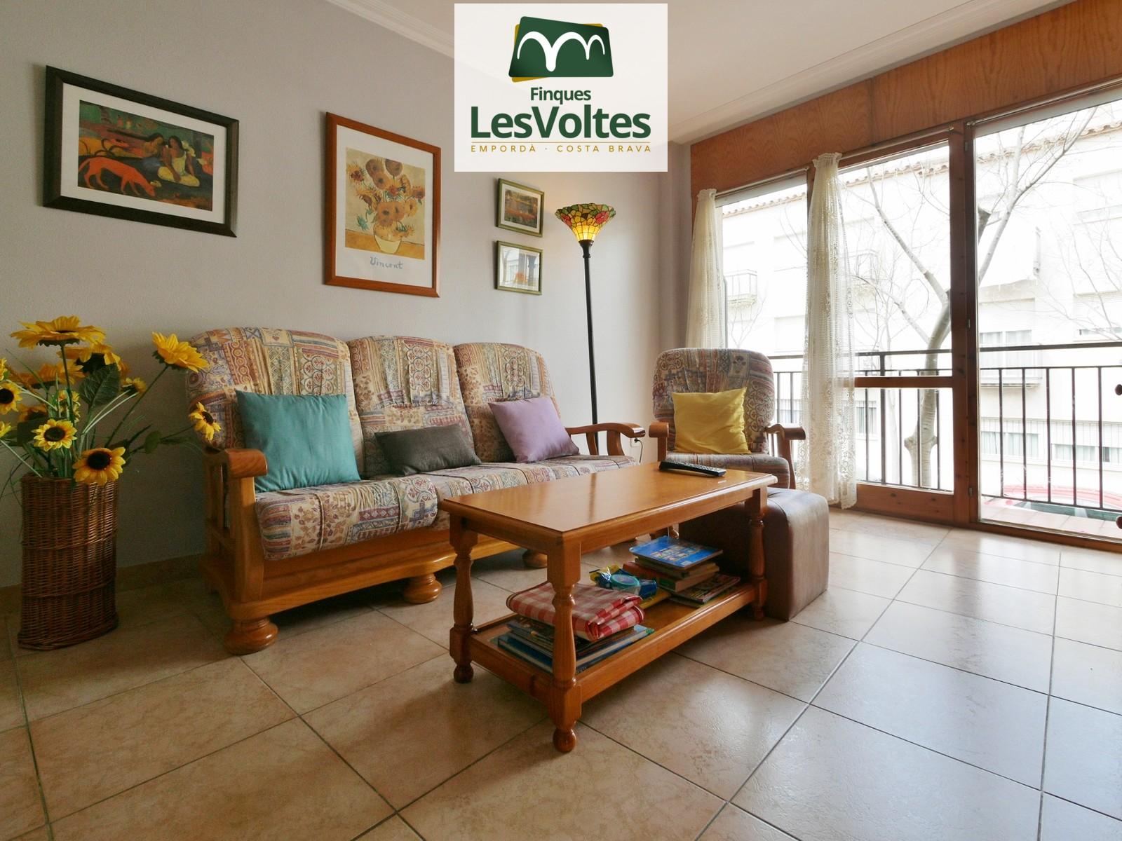 Piso de 2 habitaciones con balcón y buena distribución en venta en Palafrugell. Zona con todos los servicios cercana al centr