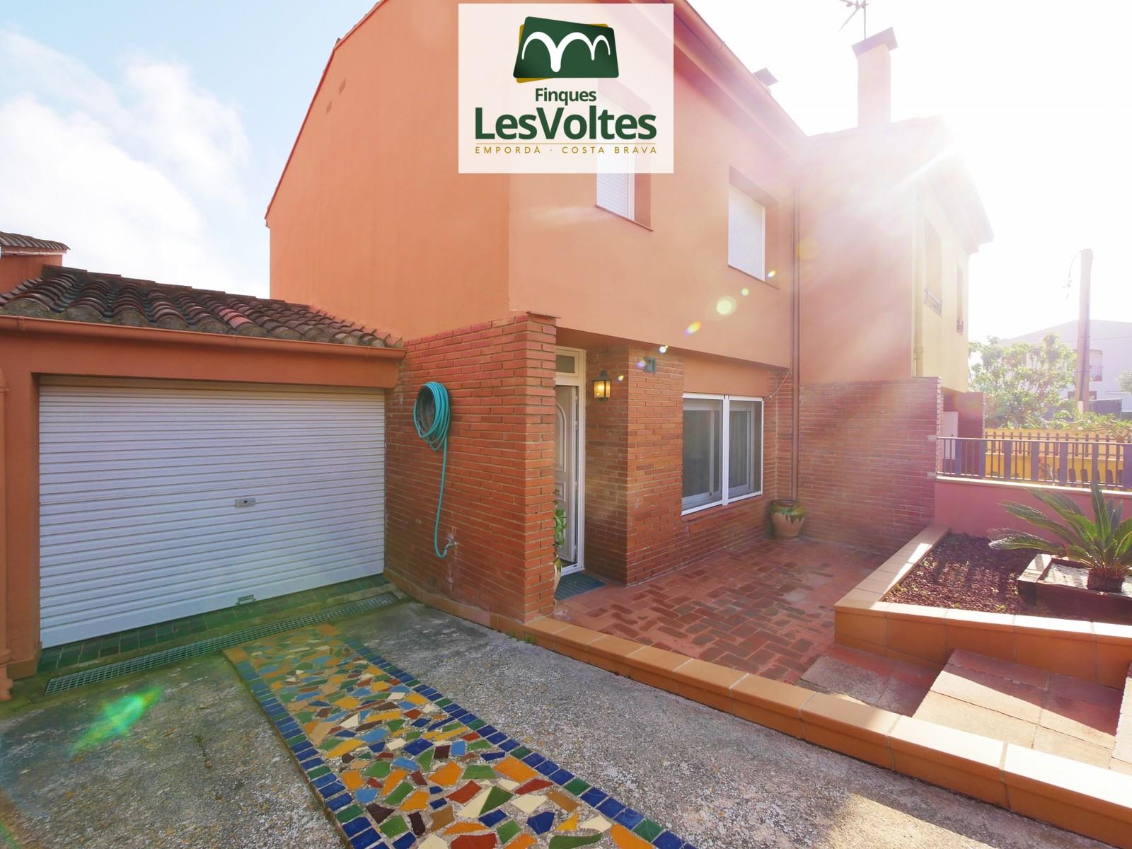 Casa amb pati i garatge en venda a Palafrugell. Zona residencial tranquil·la i ben comunicada.