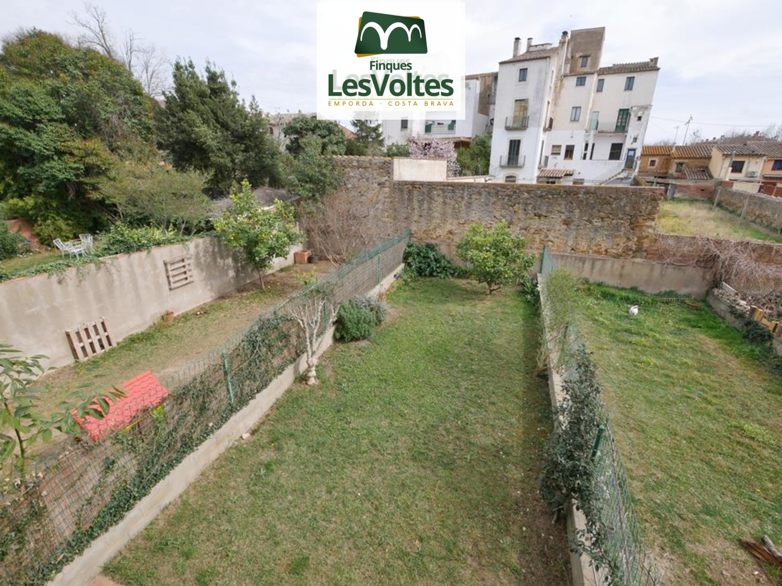 SEMI-DETACHED HOUSE OF 165 M2 WITH 3 FLOORS, GARAGE, GARDEN AND TERRACE FOR SALE IN LA BISBAL D'EMPORDÀ.