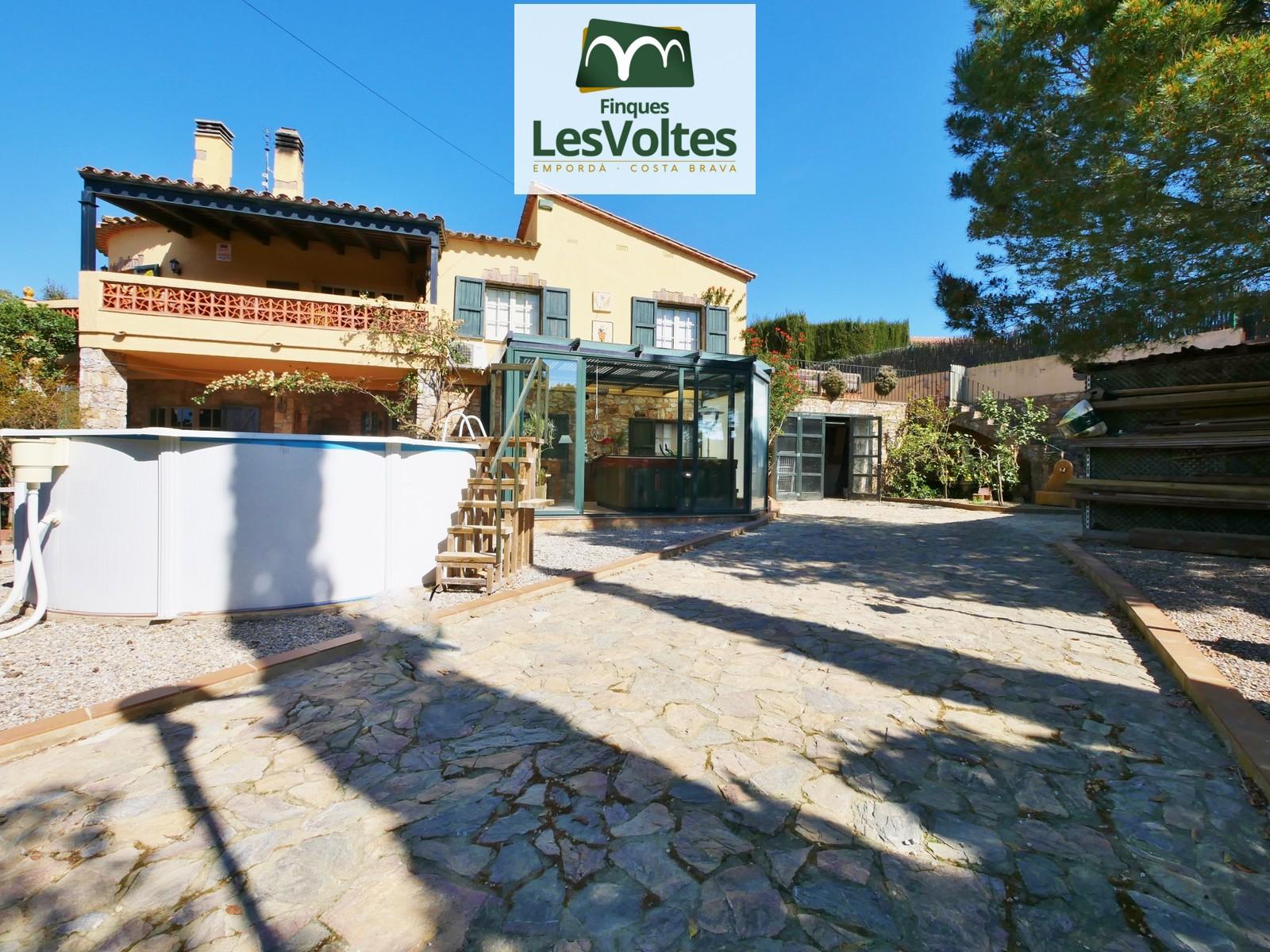 Magnífica casa unifamiliar amb gran garatge i piscina en venda en zona tranquil·la de Begur. Situació envoltada de camp.