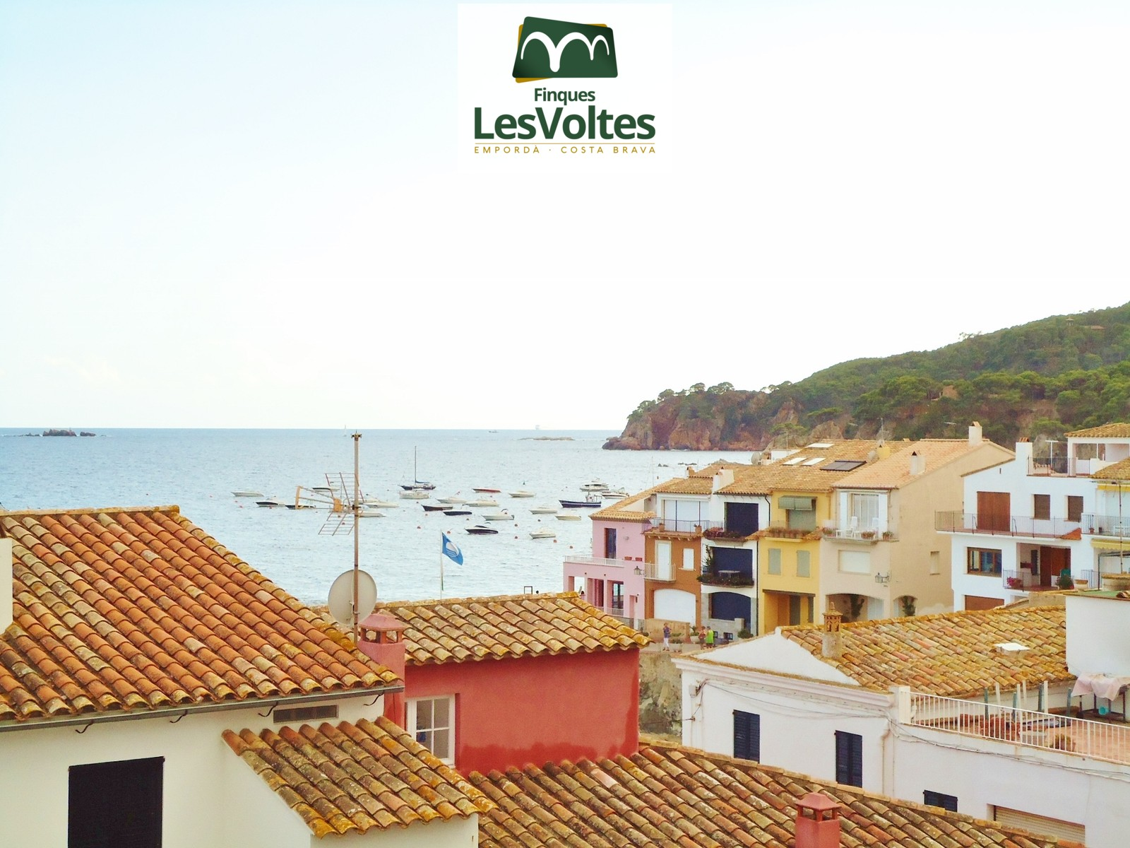 Magnificent duplex penthouse with terrace for rent in Calella. Second line with parking space.
