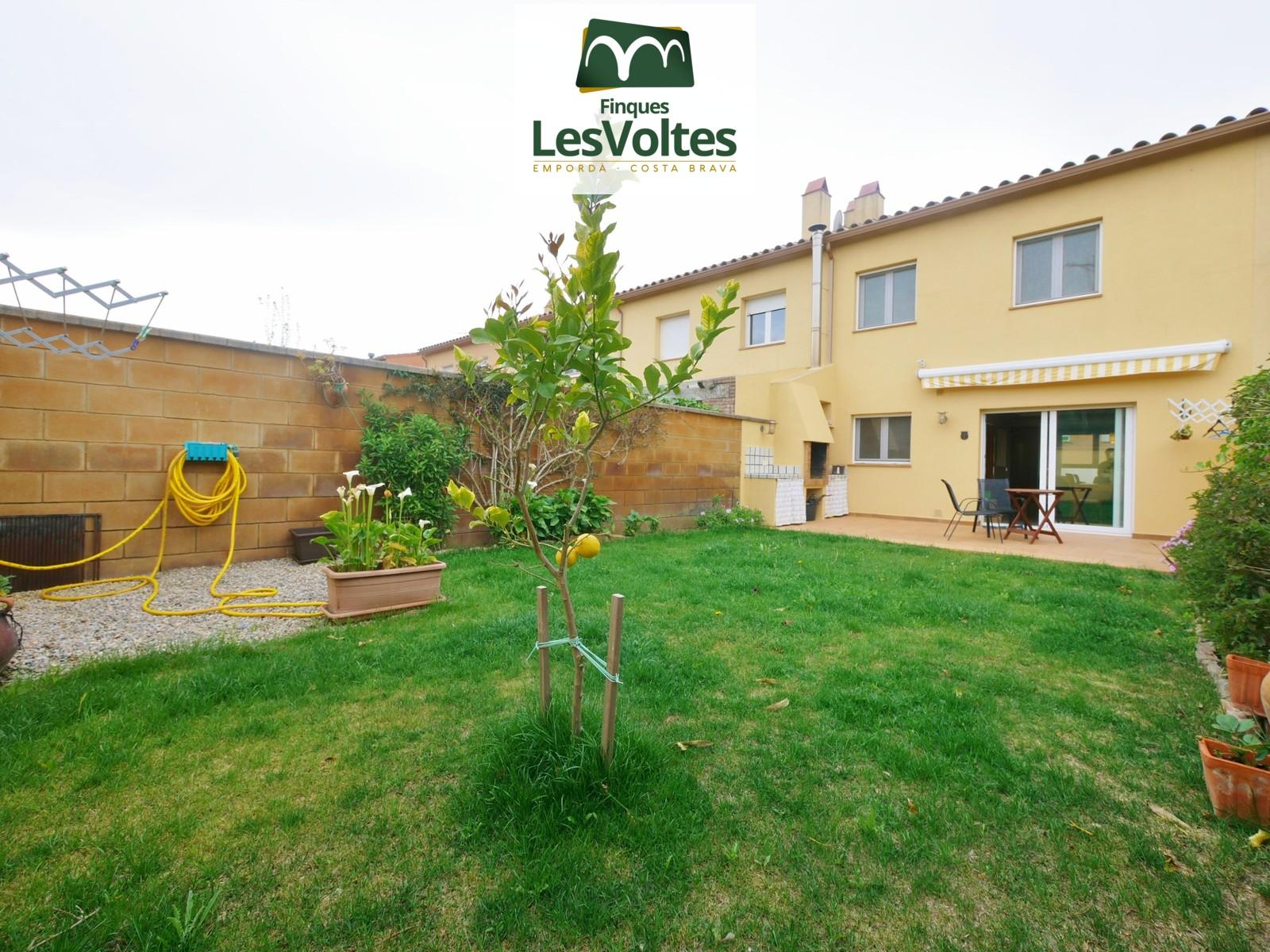 Casa amb jardí i garatge en venda a Palafrugell. Situat en zona residencial tranquil·la.