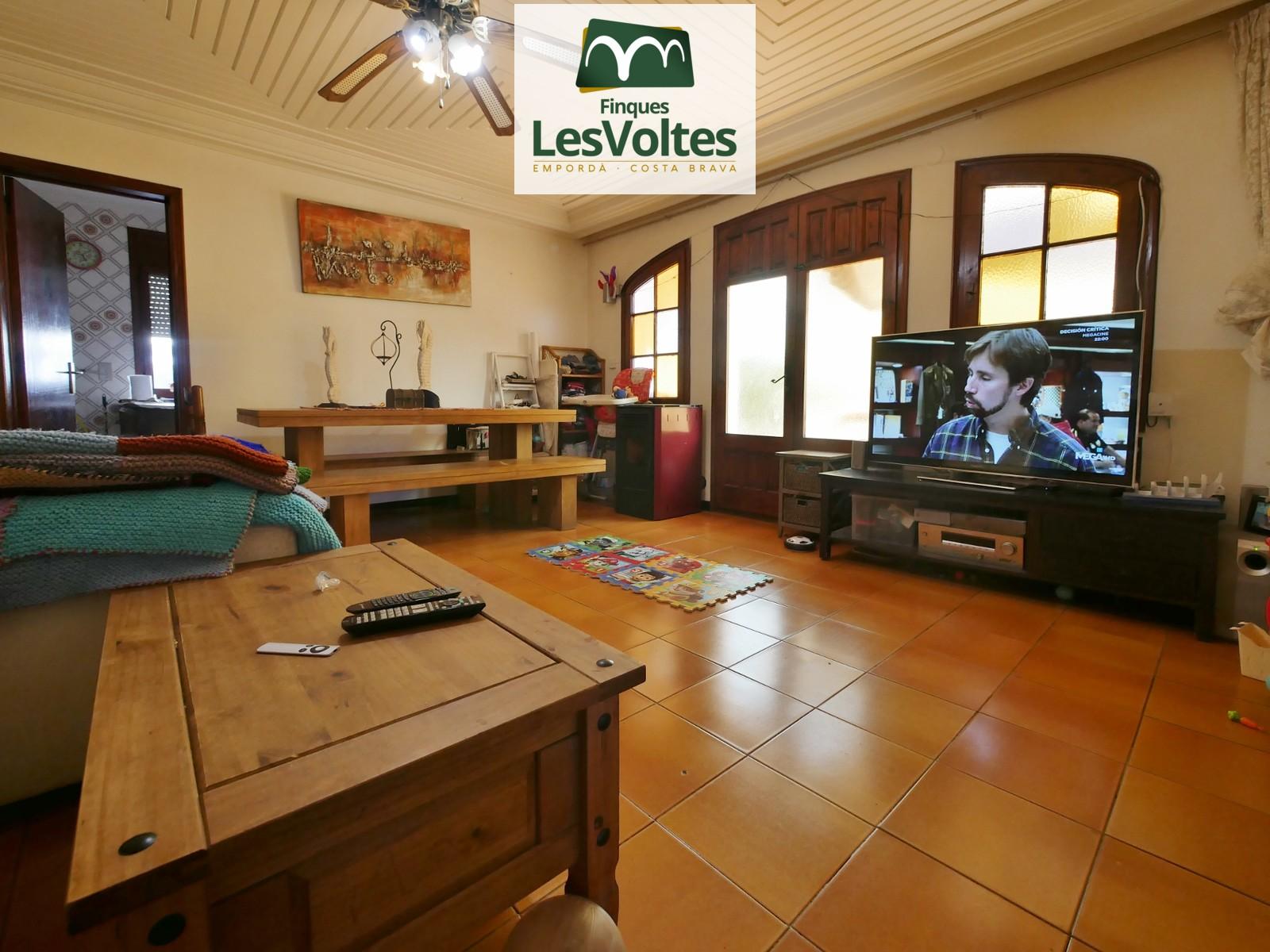 Casa amb garatge i pati en venda a Palafrugell. Situat en zona residencial tranquil·la.