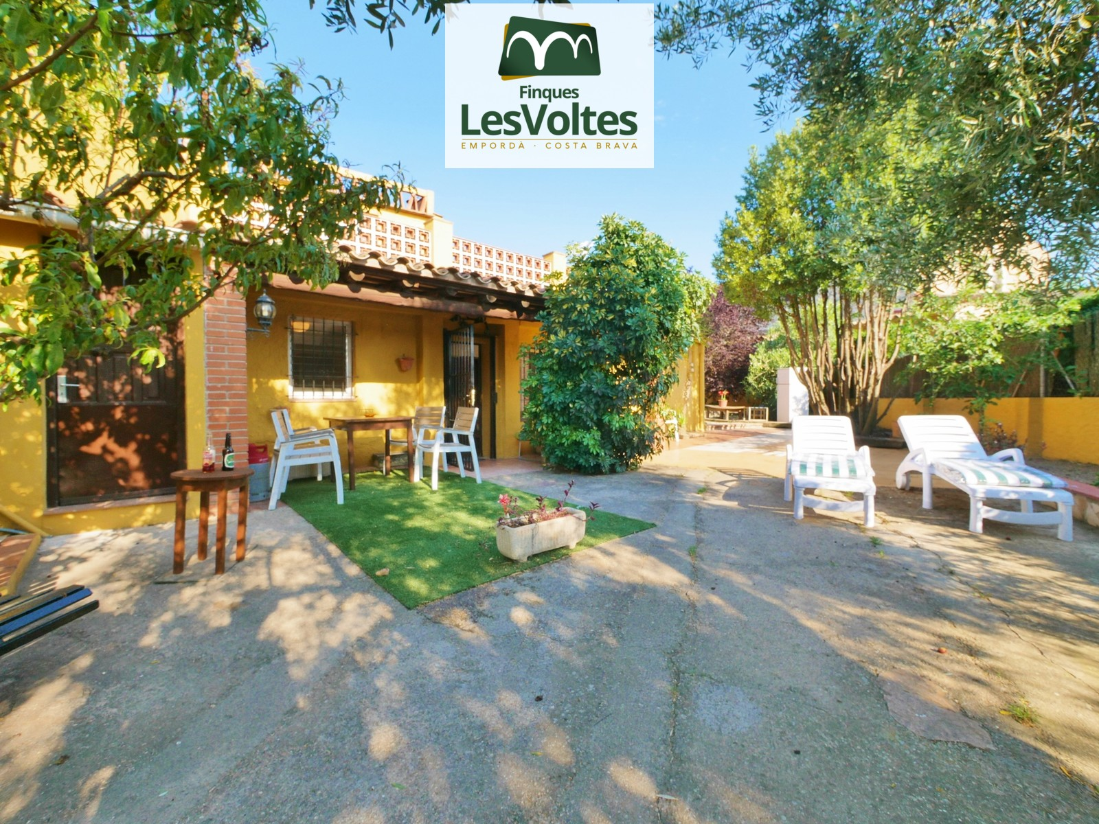Casa amb jardí i terrassa en lloguer per temporada a Esclanyà. Zona residencial tranquil·la i de fàcil accés.