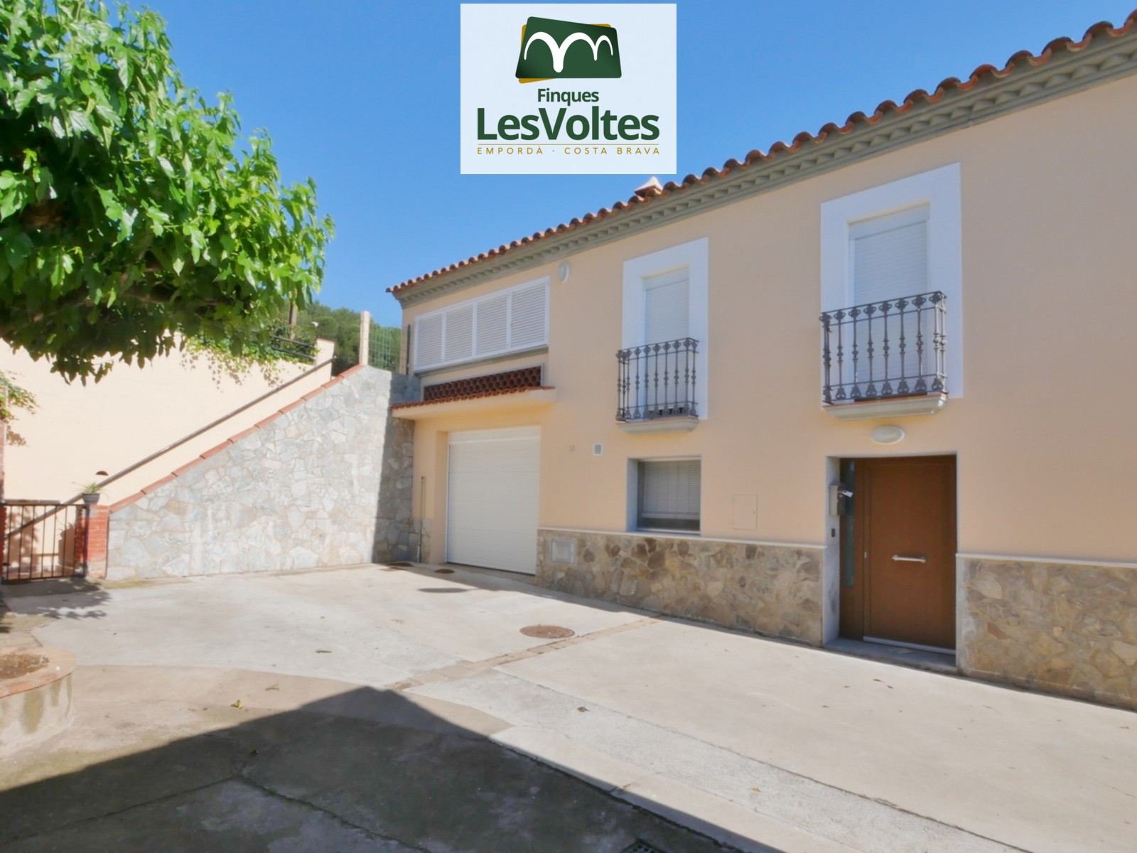 HOUSE OF 253 M² WITH OLD AFFECTATION TOTALLY HABITABLE WITH LAND OF 2.500 M² AND VERY GOOD VIEWS.
