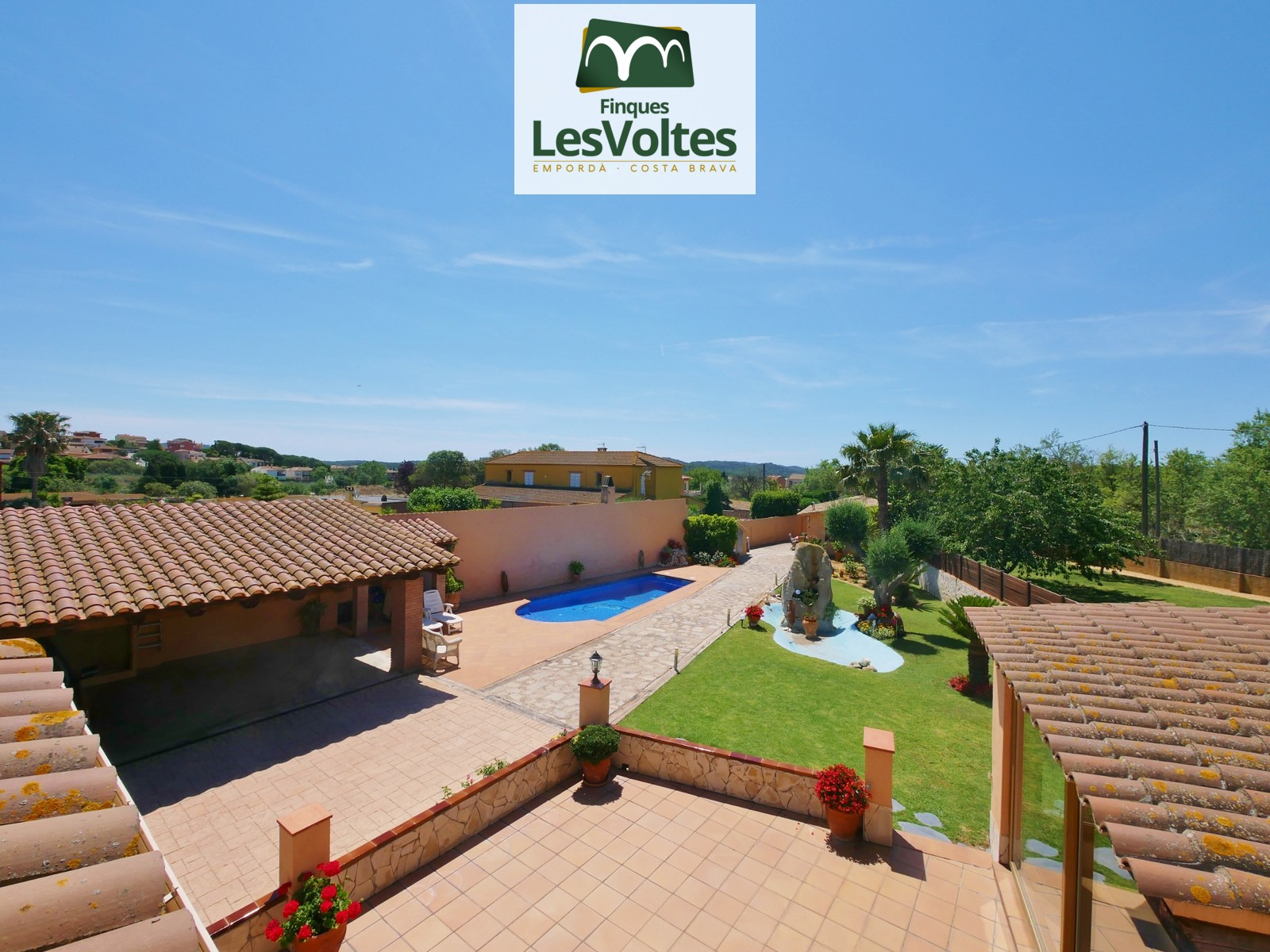 HOUSE WITH GARDEN AND POOL FOR SALE IN MONT-RAS. LOCATED IN A VERY QUIET AND EASY ACCESS RESIDENTIAL AREA.