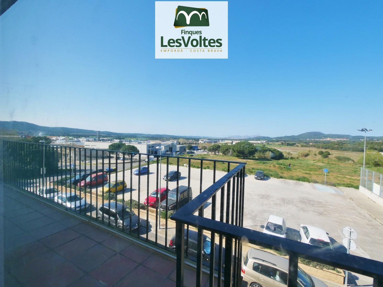 Pis amb terrassa en venda a Palafrugell. Magnífiques vistes amb zona verda als voltants.