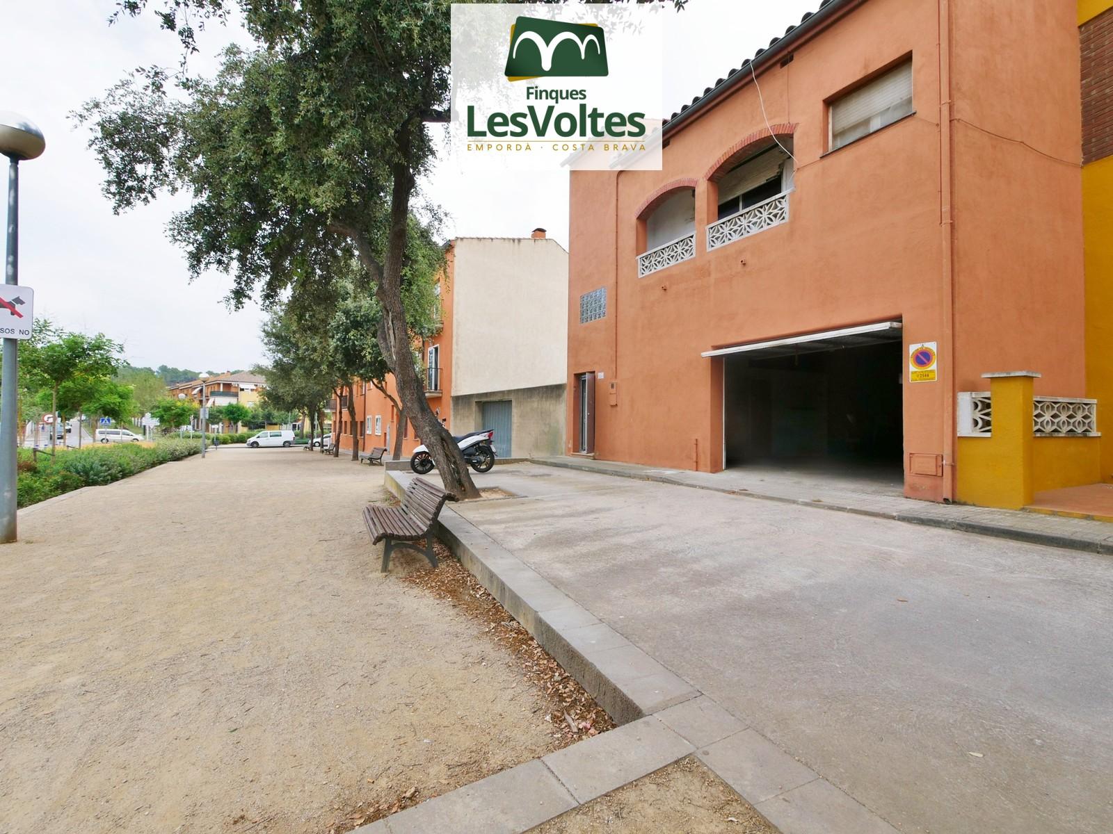 Casa amb gran garatge i terrassa en venda a Palafrugell. Zona residencial tranquil·la i ben comunicada.