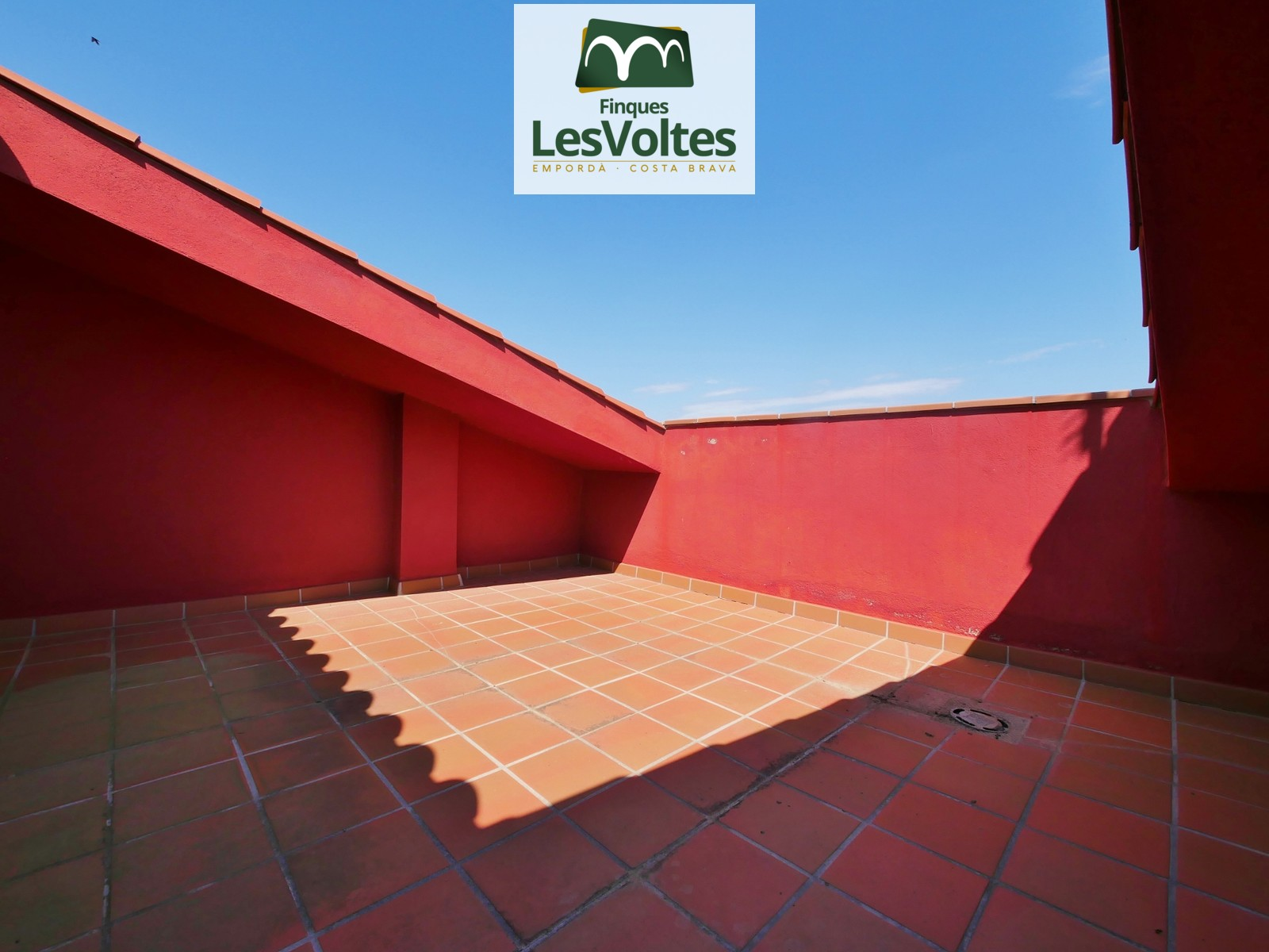 New build duplex penthouse with terrace for sale in the center of Palafrugell.