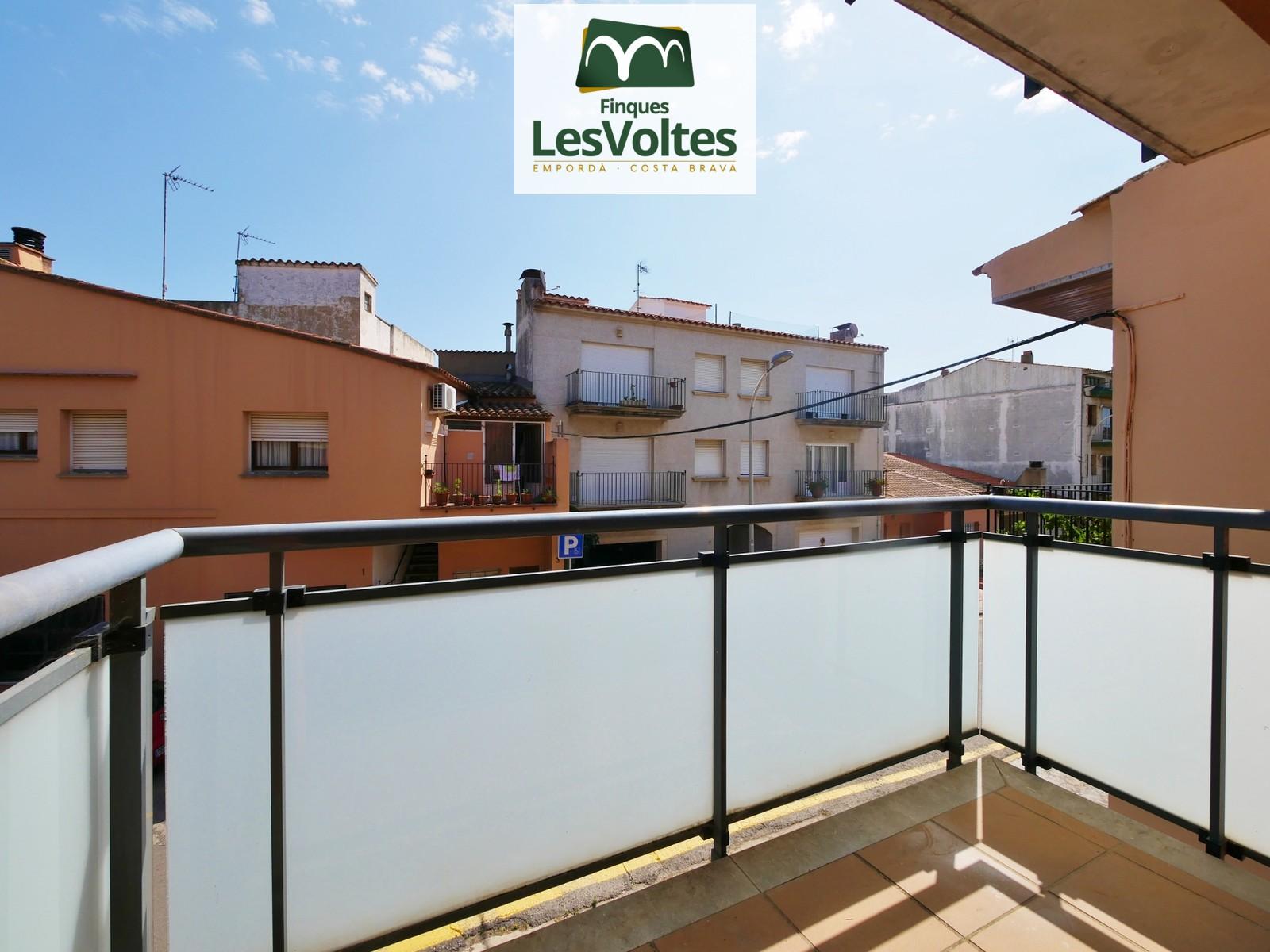 Pis de tres habitacions amb balcó en venda a Palafrugell. Comunitat amb ascensor.