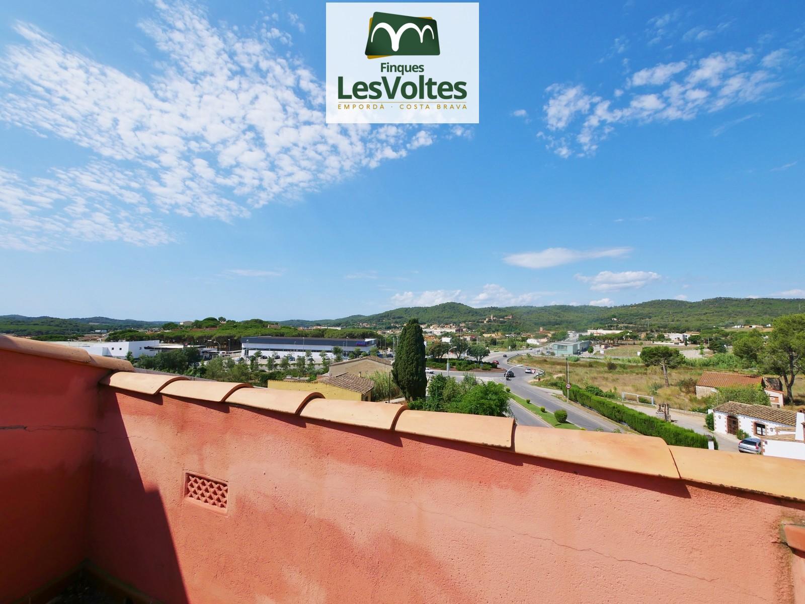 Àtic dúplex amb terrassa en venda a Palafrugell. Situat en zona de fàcil accés i ben comunicada.