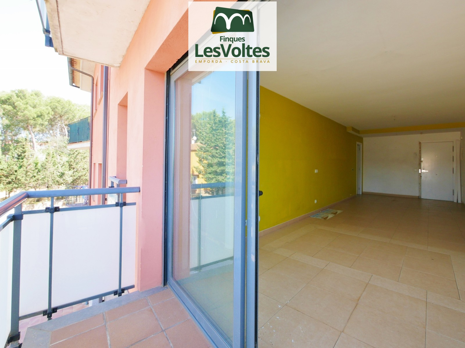 Three bedroom apartment with balcony for sale in Palafrugell.  Small community of neighbors.