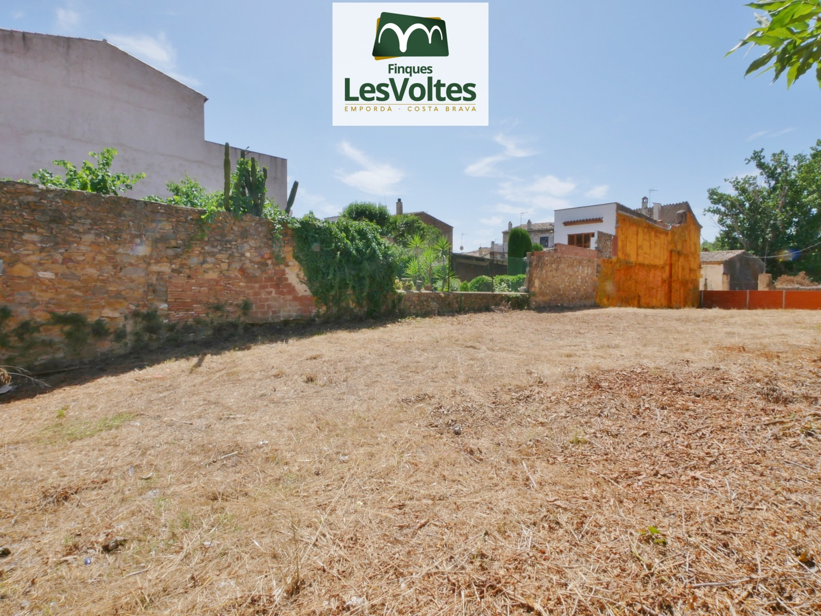 EXCEPTIONAL OPPORTUNITY! 605 M2 LAND FOR SALE IN THE CENTER OF LA BISBAL D'EMPORDÀ WITH ENTRANCE BY 2 STREETS.