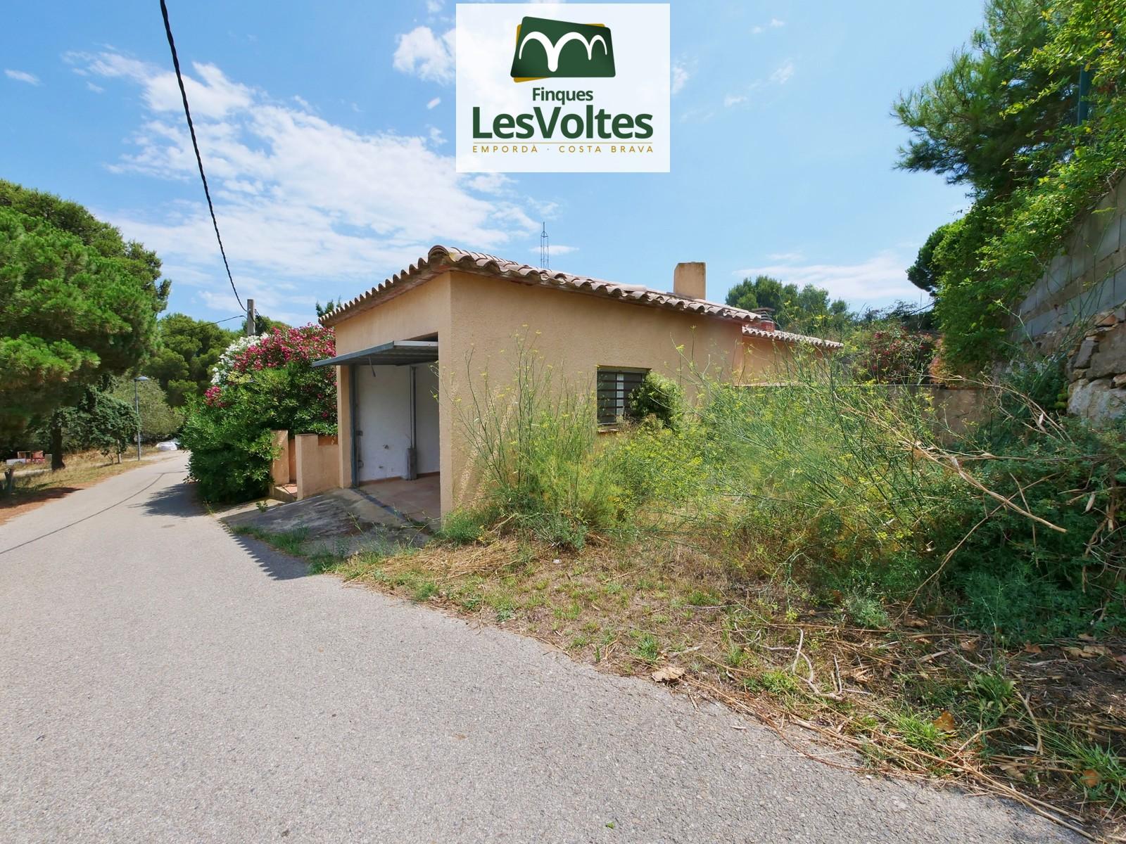 Casa unifamiliar amb piscina i jardí en venda a Begur. Situada a prop de les millors platges de la Costa Brava.