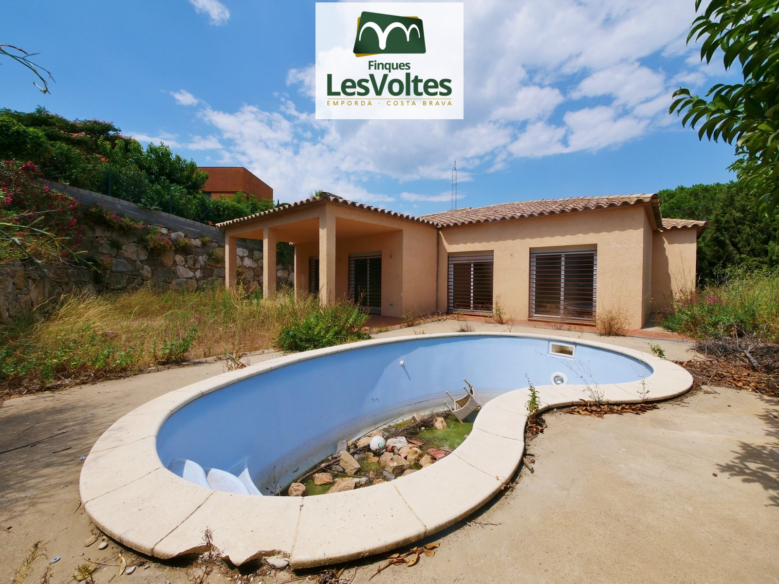 SINGLE FAMILY HOUSE WITH POOL AND GARDEN FOR SALE IN BEGUR. LOCATED NEAR THE BEST BEACHES ON THE COSTA BRAVA.