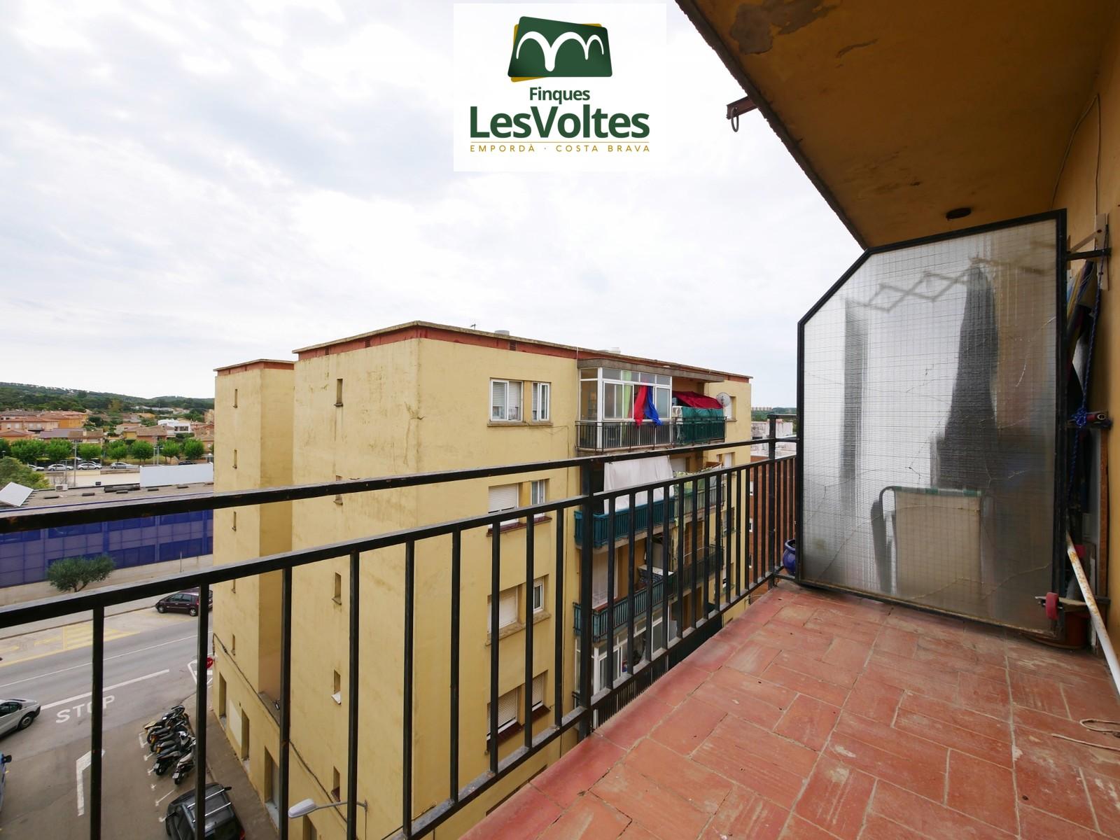 Pis de 3 habitacions amb balcó en venda a Palafrugell. Situat en zona ben comunicada i a prop del centre.