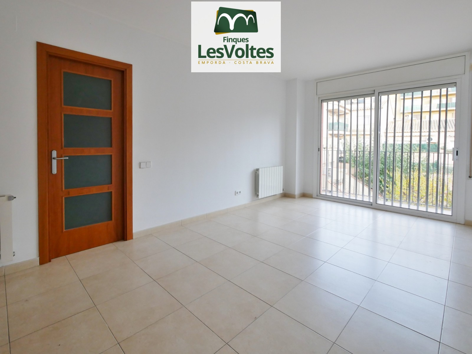 Flat with balcony for sale Palafrugell. Small community with lift in downtown area.