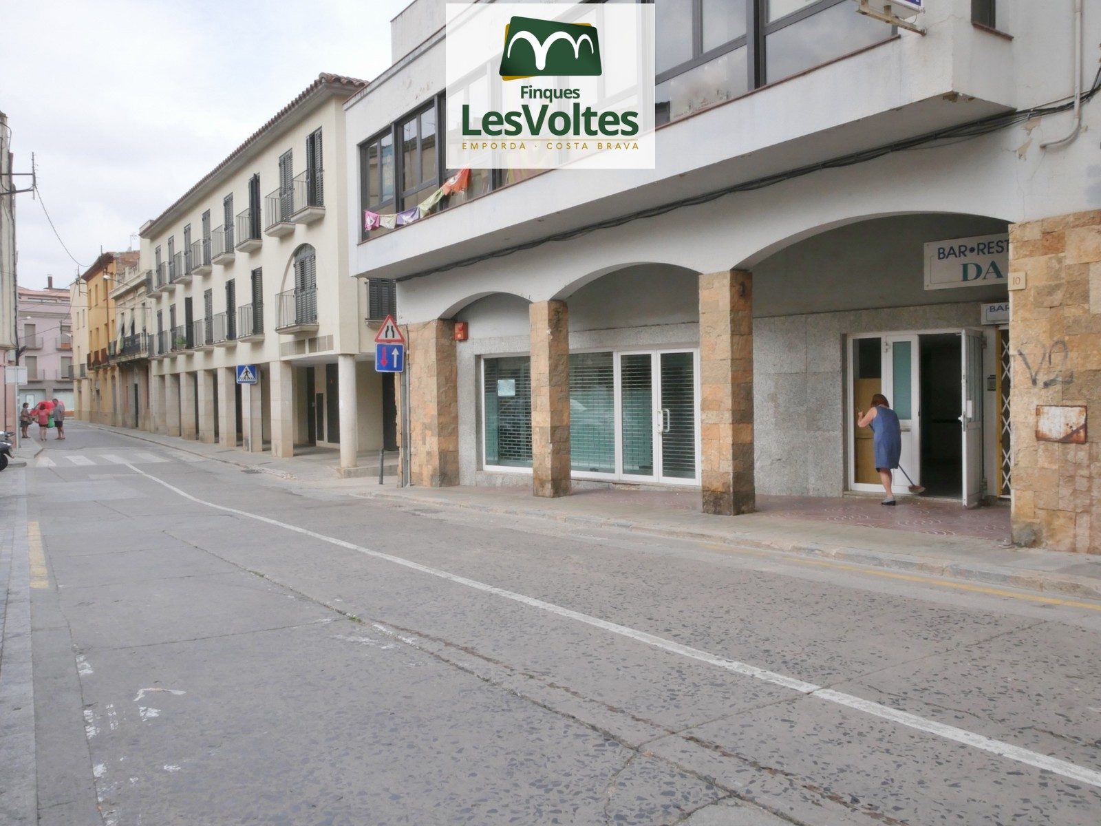 COMMERCIAL PREMISES OF 215 M2 IN GROUND FLOOR FOR RENT IN THE CENTER OF THE BISBAL D'EMPORDÀ.