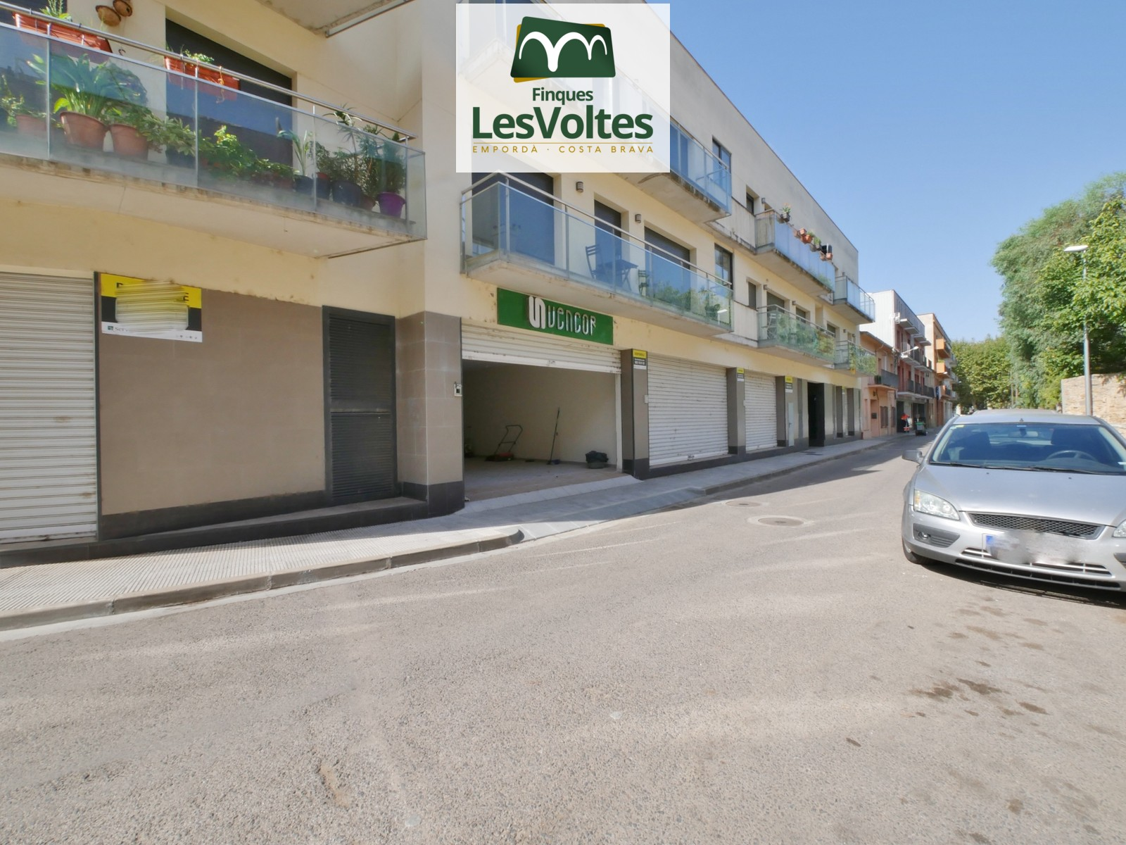 COMMERCIAL PREMISES OF 80 M2 ON THE GROUND FLOOR FOR SALE IN THE CENTER OF THE BISBAL D'EMPORDÀ.
