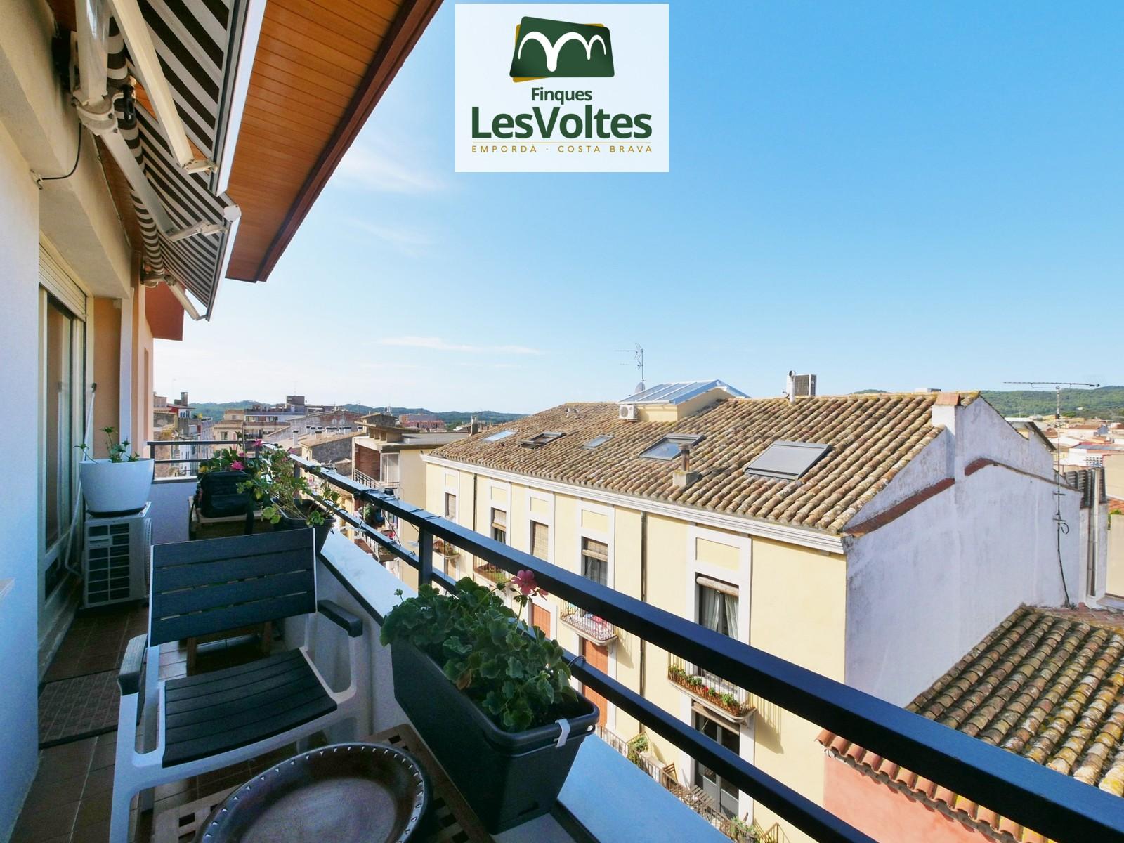 Magnífic pis amb balcó en venda a Palafrugell. Immillorable situació just al centre.