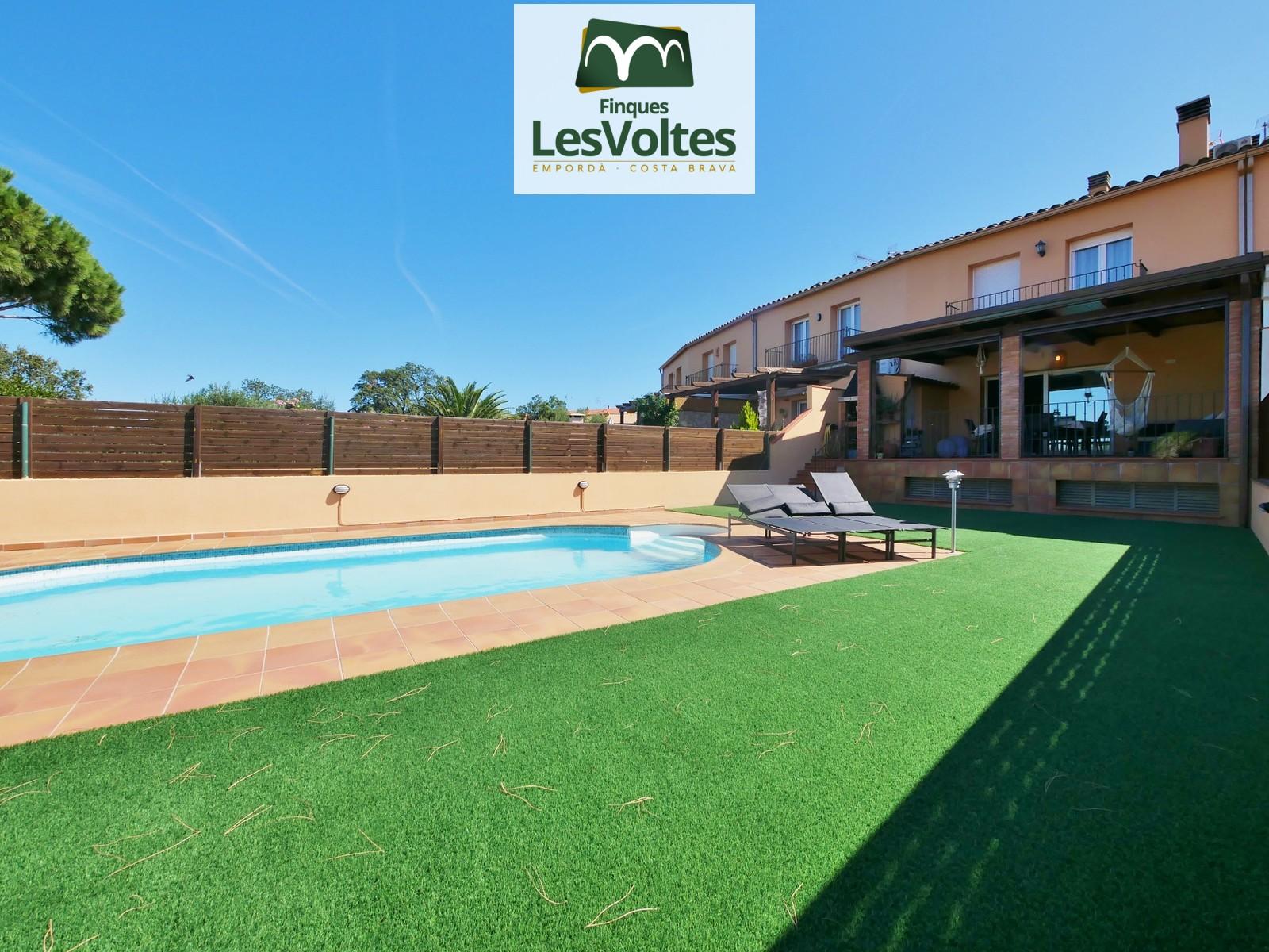 Magnífica casa amb jardí i piscina en venda a Palafrugell amb vistes a muntanya.