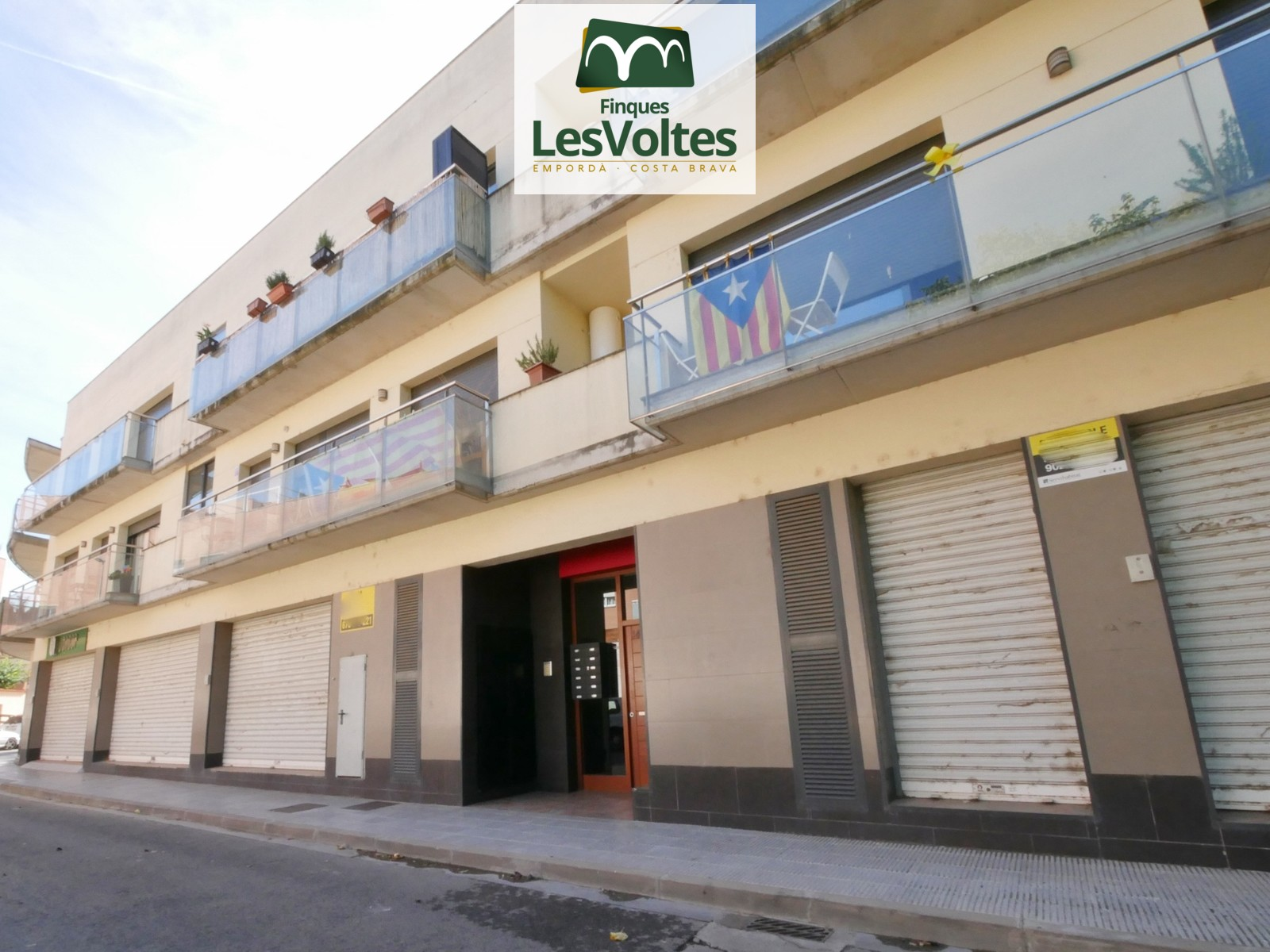 FLAT OF 70 M2 IN FIRST FLOOR WITH 3 ROOMS AND PARKING PLACE FOR SALE IN THE CENTER OF LA BISBAL D'EMPORDÀ.