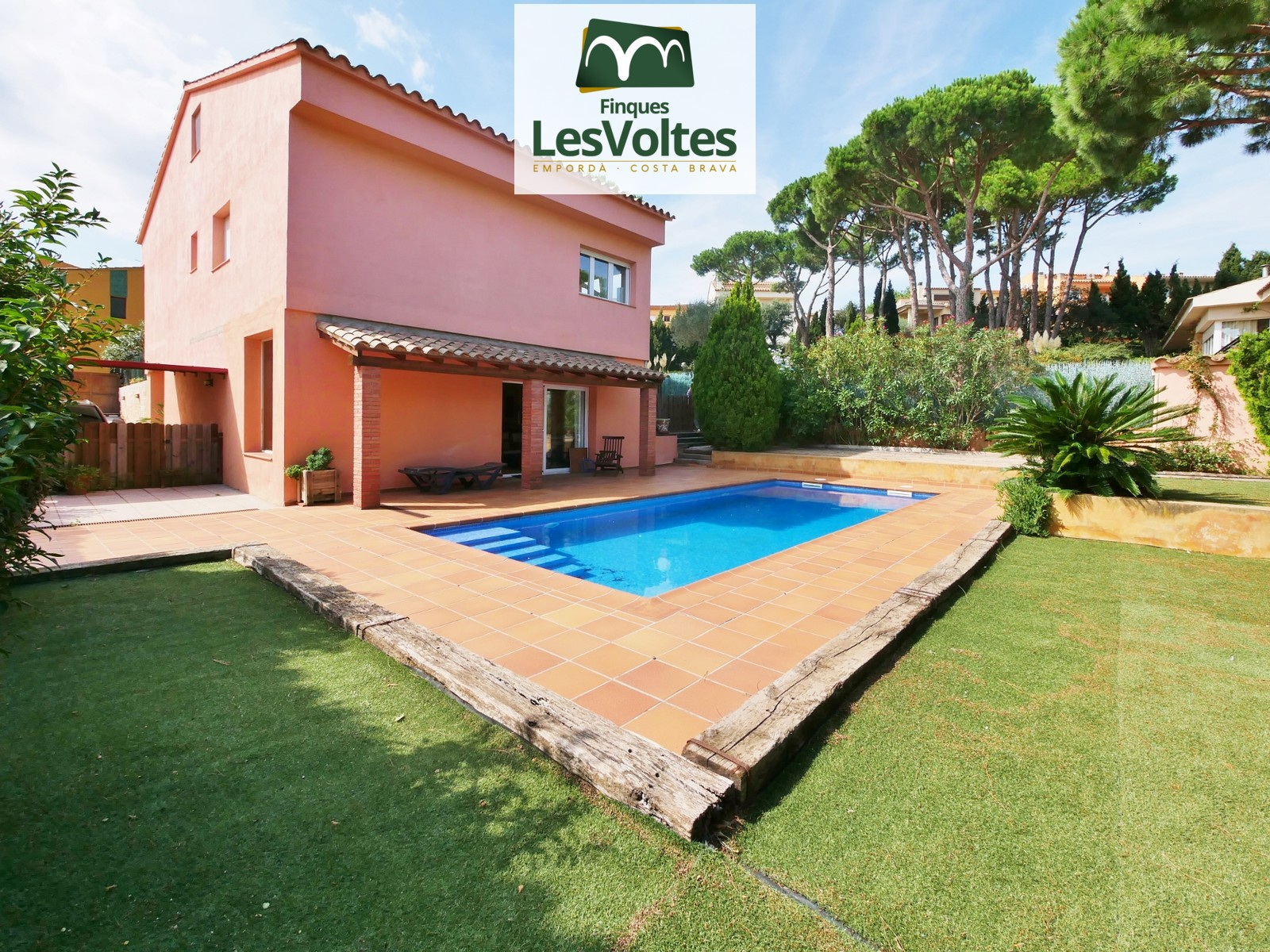 SINGLE FAMILY HOUSE WITH GARDEN AND POOL FOR SALE IN MONT-RAS.