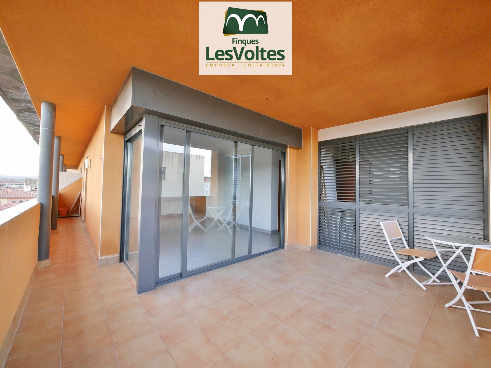 PENTHOUSE OF 90 M2 WITH ELEVATOR AND TERRACE WITH VIEWS FOR SALE IN LA BISBAL D'EMPORDÀ.