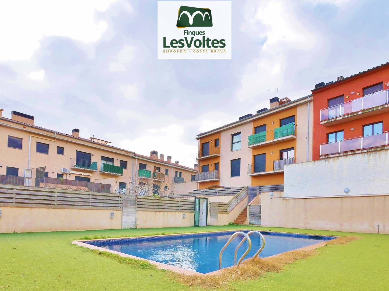 Apartment with parking space and community pool for sale in Palafrugell. Community with elevator, garden and swimming pool.