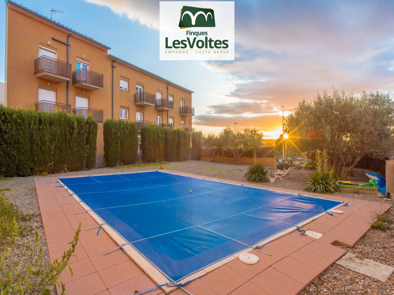 Ground floor with private garden and community pool for sale in Esclanyà. Outdoor parking space.