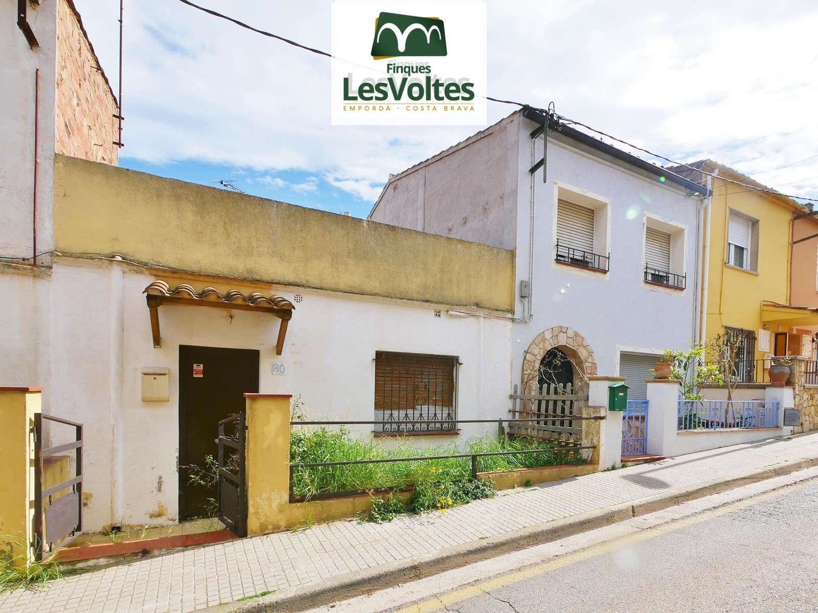 Oportunitat! Casa adossada amb gran terrassa en venda a Palafrugell. Zona residencial molt tranquil·la.