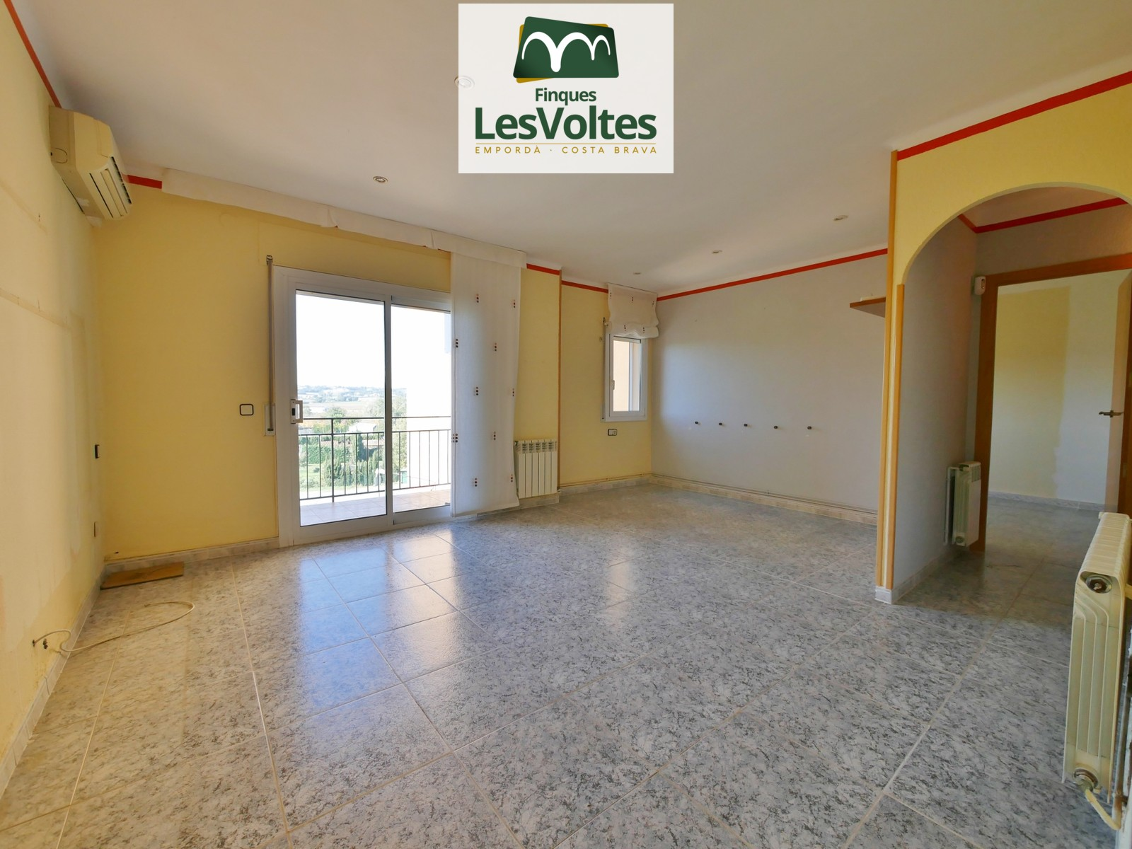 FLAT OF 74 M2 IN SECOND FLOOR WITHOUT ELEVATOR WITH 2 ROOMS FOR SALE IN LA BISBAL D'EMPORDÀ.