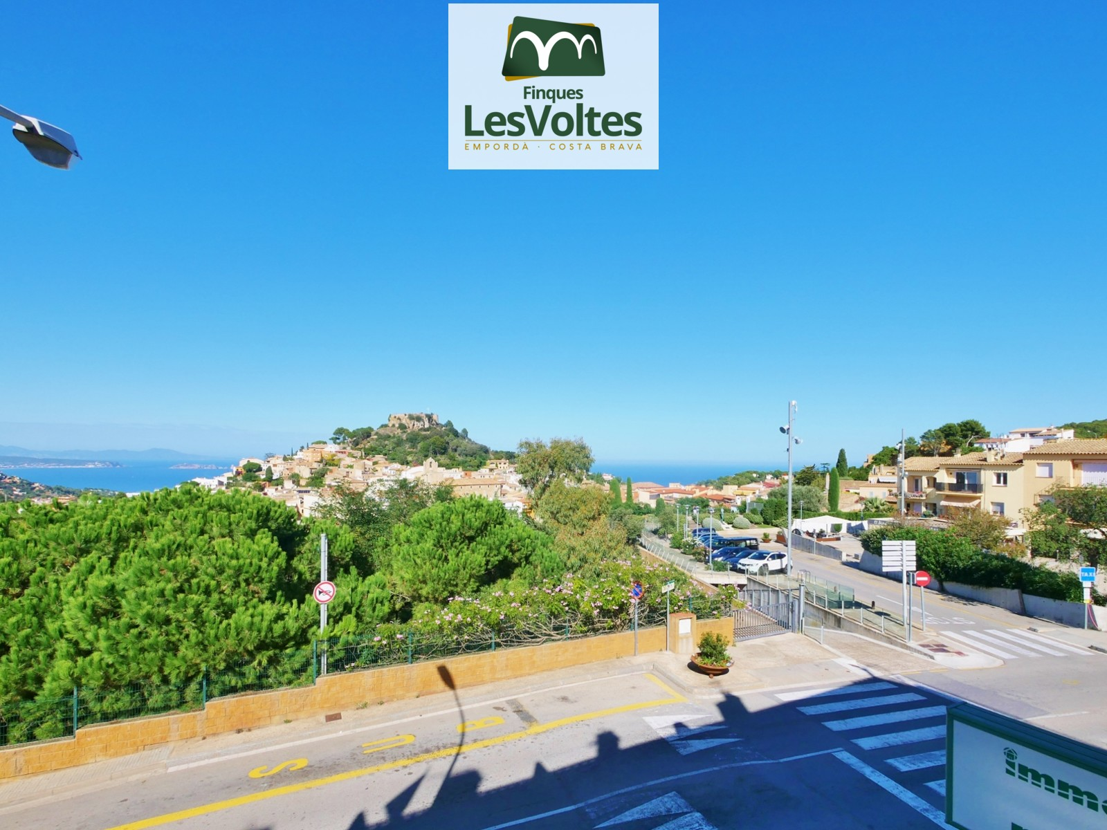 3 BEDROOM DUPLEX APARTMENT WITH TERRACE FOR SALE IN BEGUR WITH MAGNIFICENT SEA VIEWS. PARKING INCLUDED