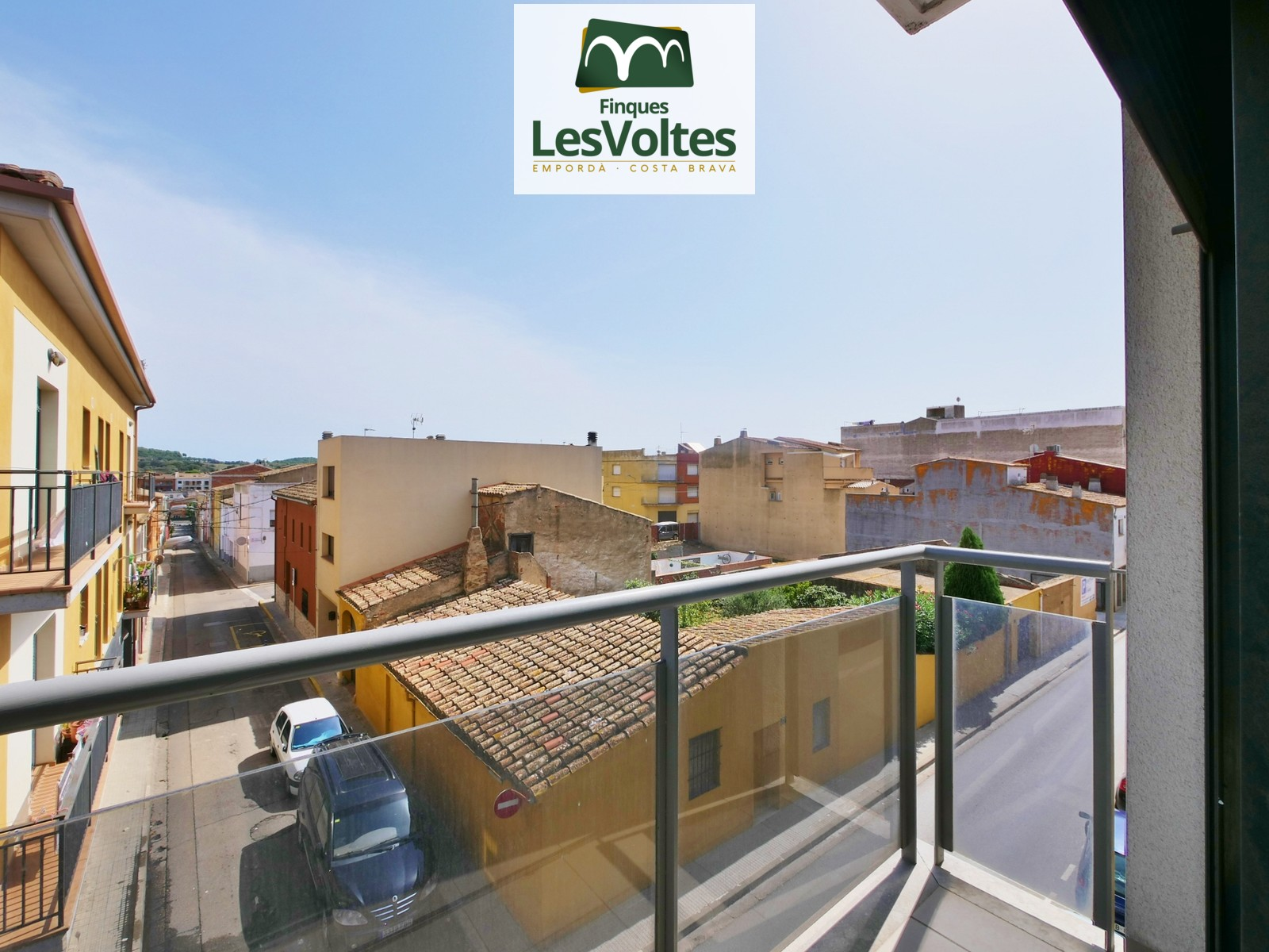 Magnificent semi new apartment with parking space and storage room for sale in Palafrugell.