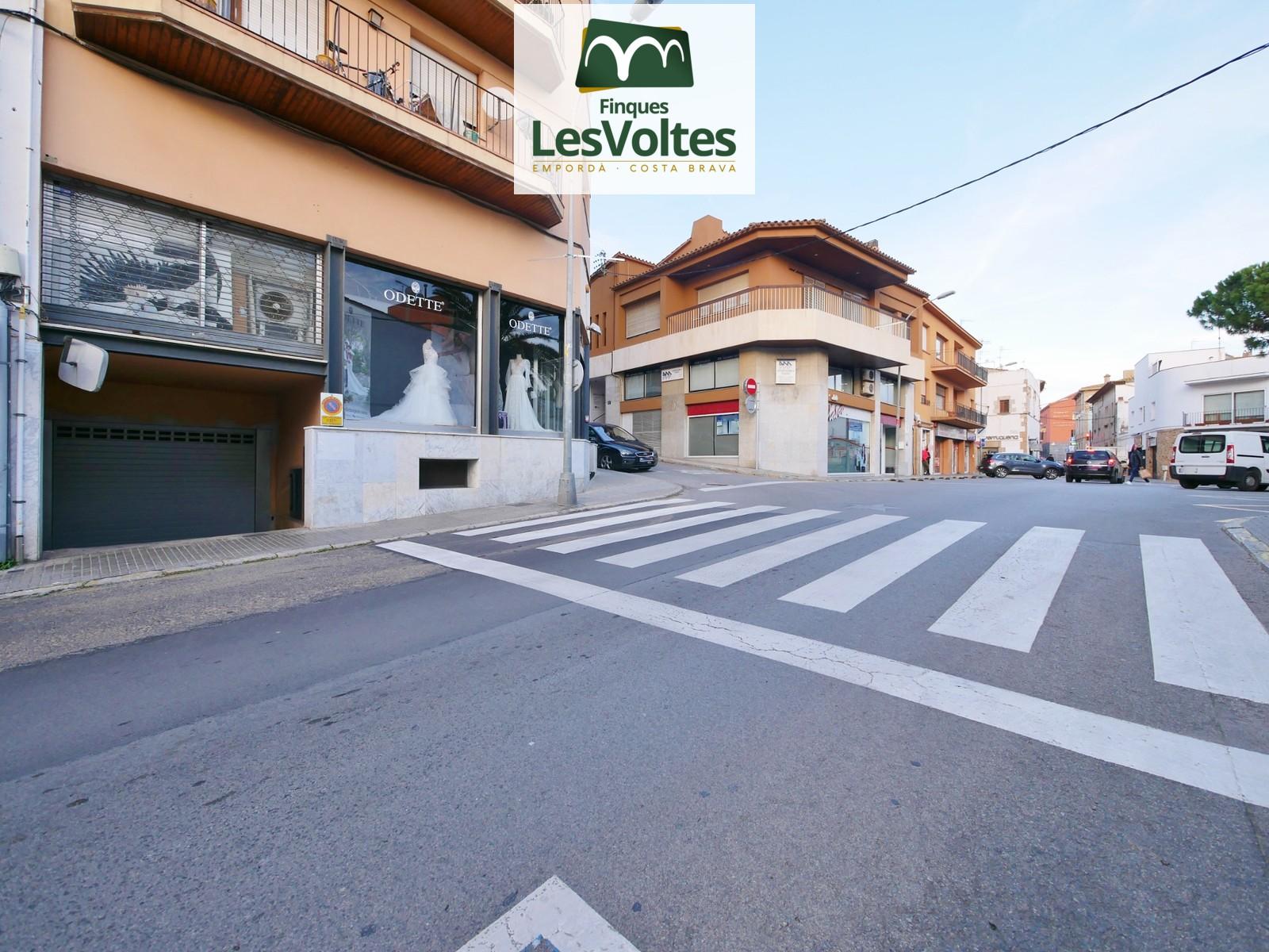 Plaça d'aparcament en lloguer al centre de Palafrugell. Fàcil accés i bona maniobrabilitat.
