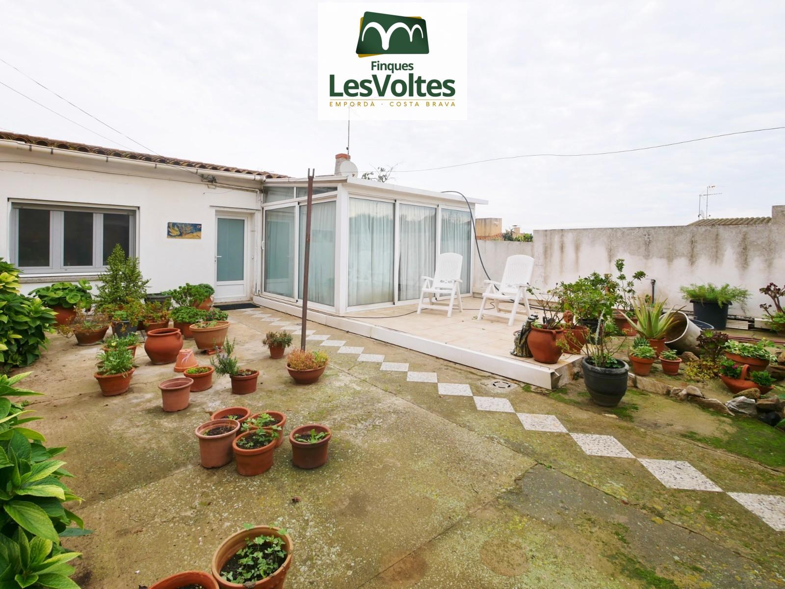 Magnífica casa en planta baja con jardín y garaje en venta en Palafrugell.