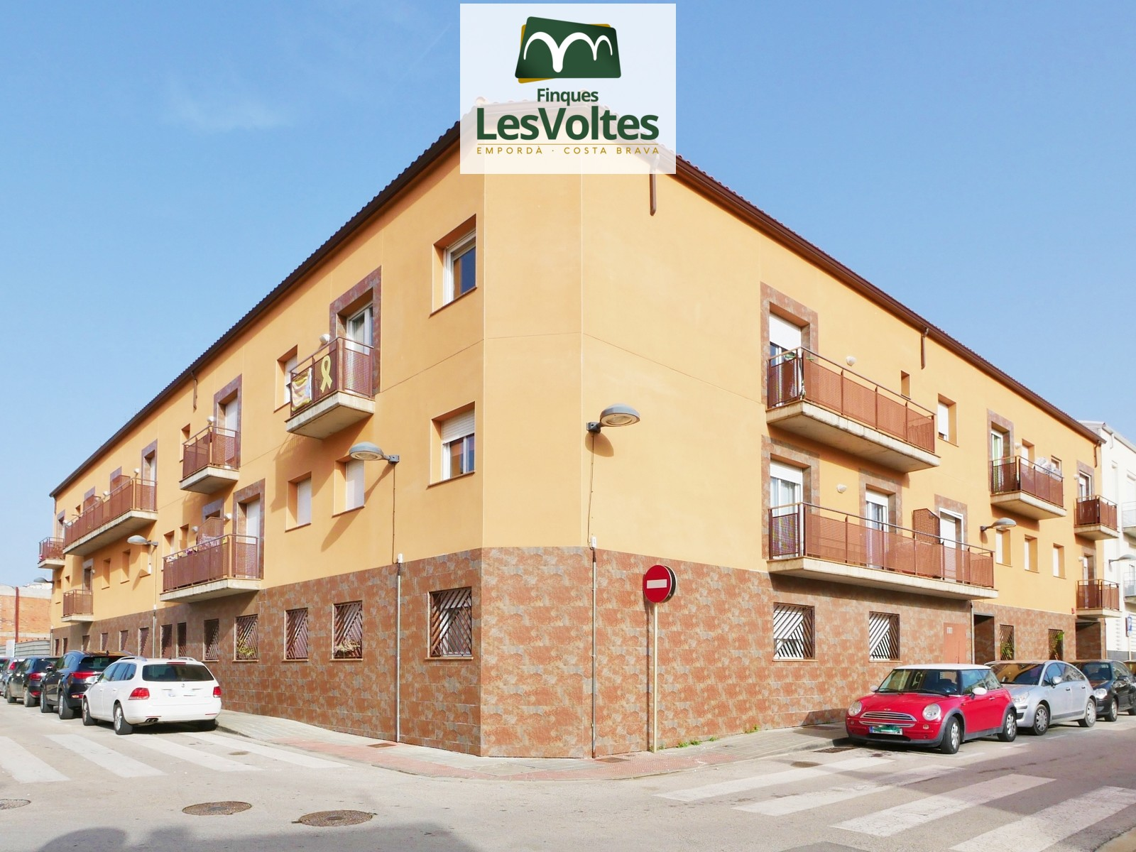 DUPLEX PENTHOUSE WITH TERRACE FOR SALE IN PALAMÓS. QUIET COMMUNITY WITH ELEVATOR.