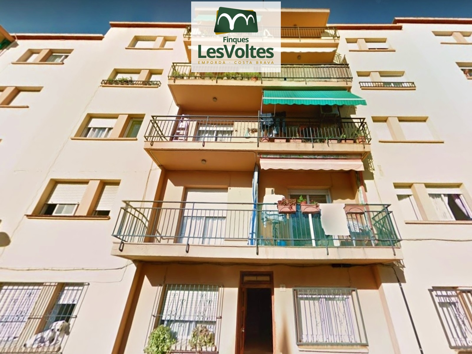 3 bedroom apartment with balcony for sale in residential area of Palamós.