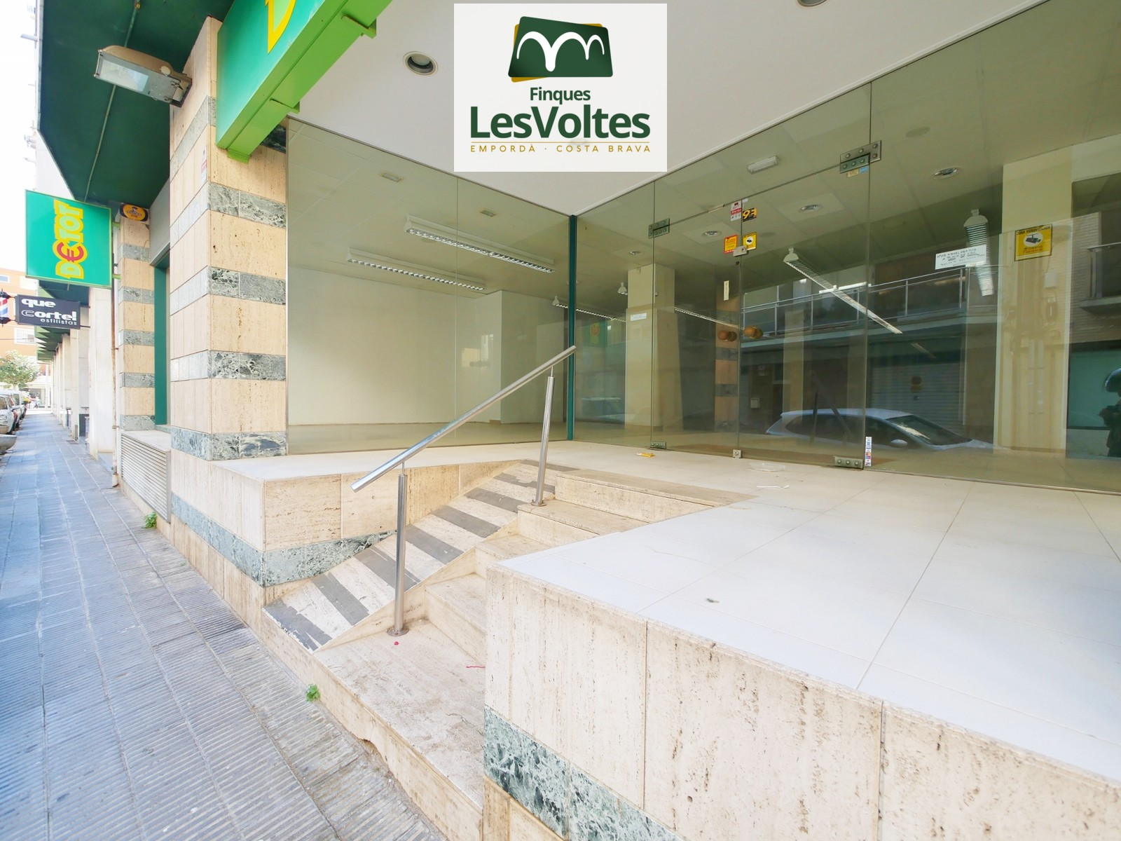 COMMERCIAL LOCAL 167 M2 WITH GREAT SHOWCASE FOR SALE IN PALAMÓS. DOWNTOWN AREA.