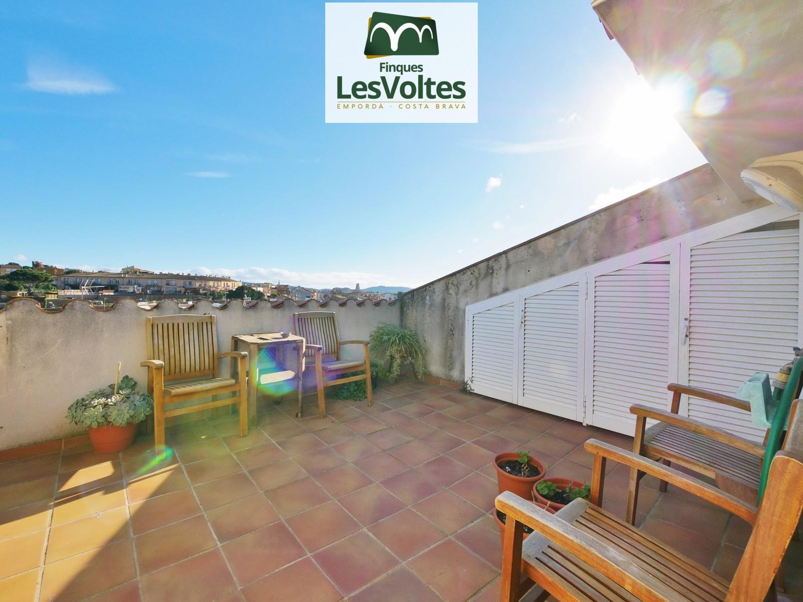 Magnífic àtic dúplex amb terrassa i plaça d'aparcament en venda a Palafrugell. Zona residencial molt tranquil·la.
