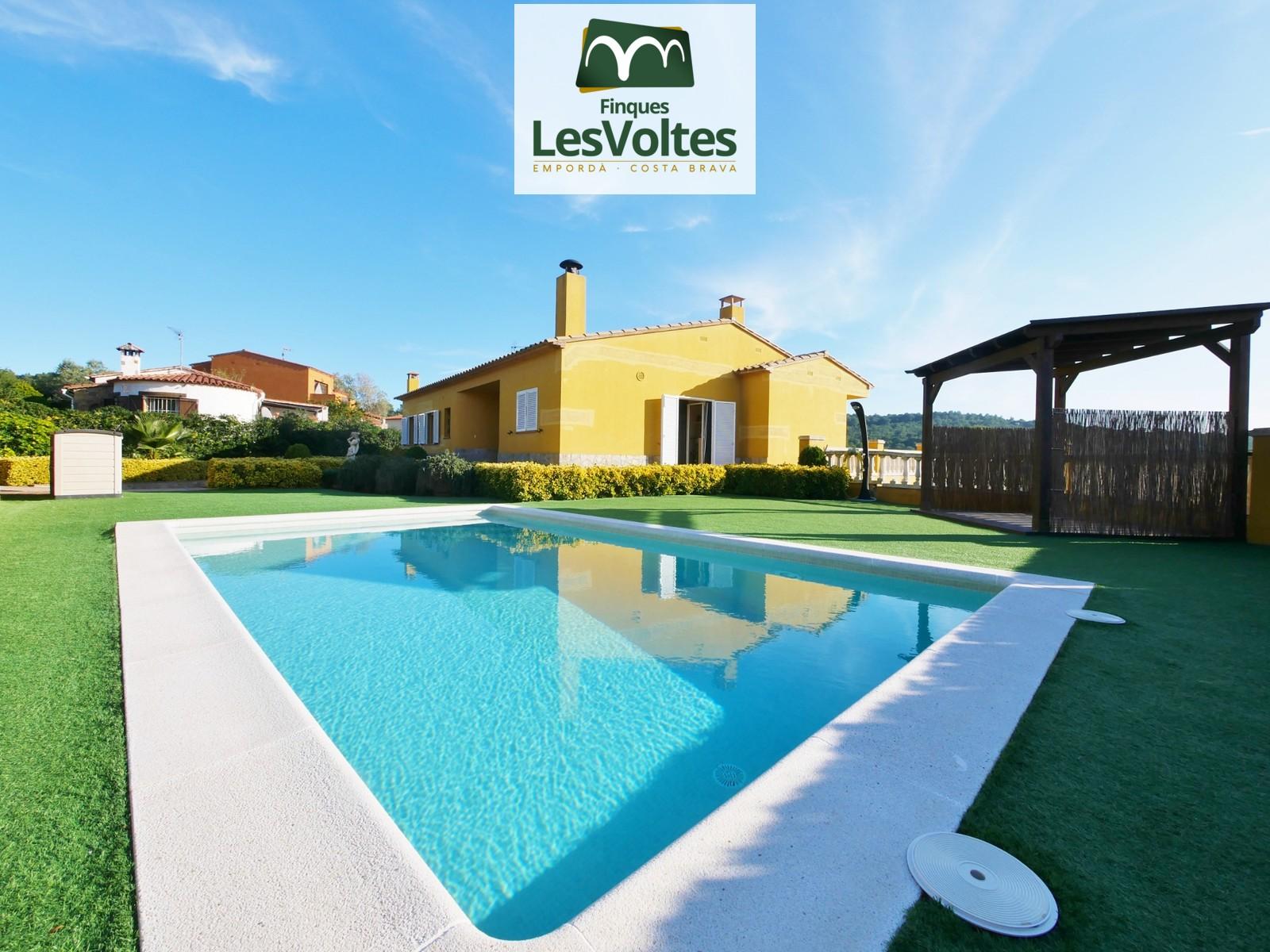 Magnífica casa unifamiliar con gran jardín y piscina en venta en Residencial Begur.