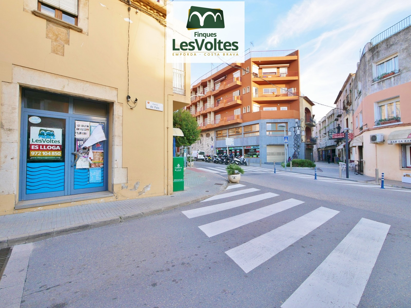 CORNER COMMERCIAL PREMISES FOR RENT IN THE CENTER OF PALAFRUGELL. STEP AND VERY VISIBLE AREA.